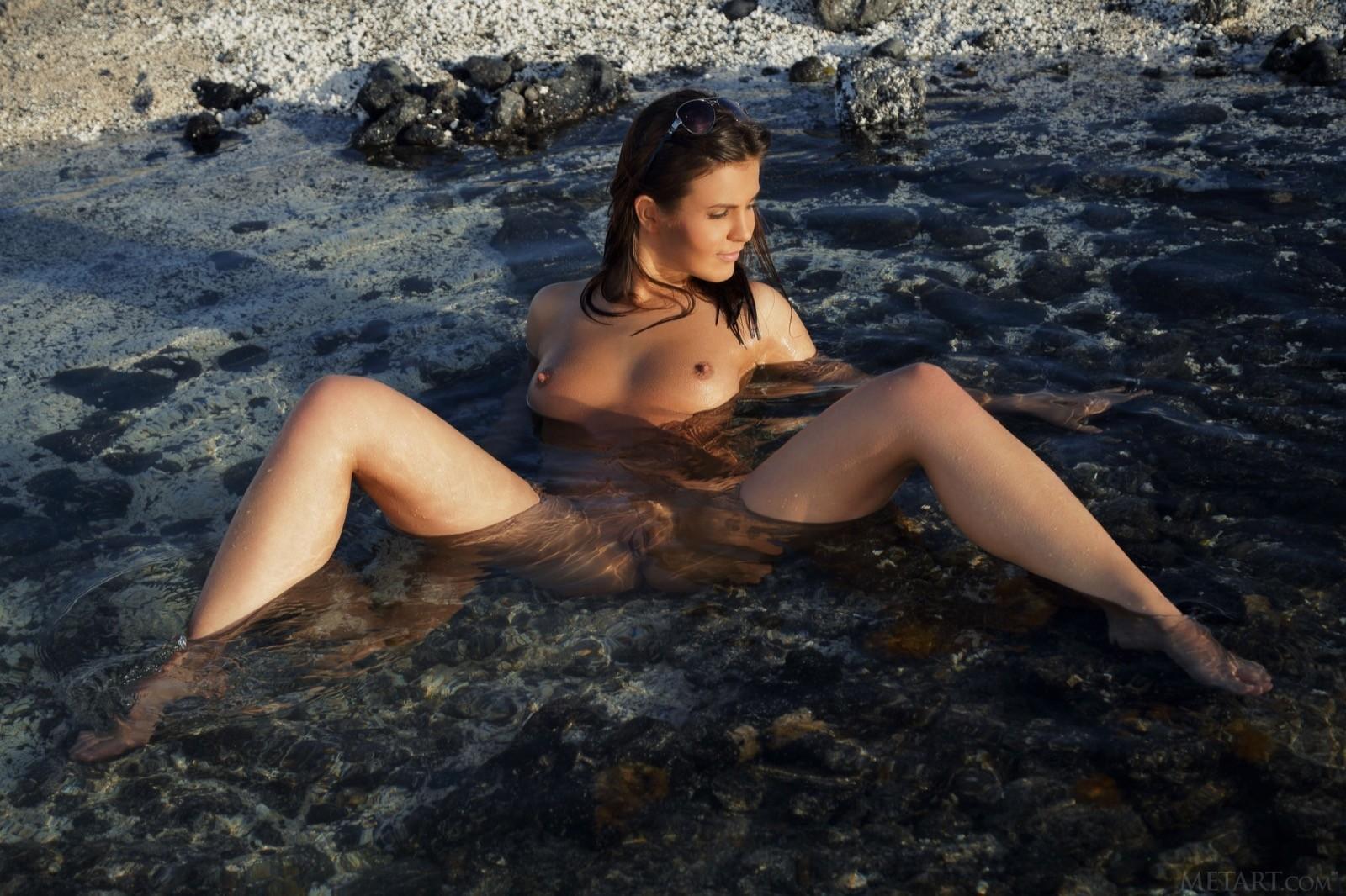 С голой попкой купается в море - фото