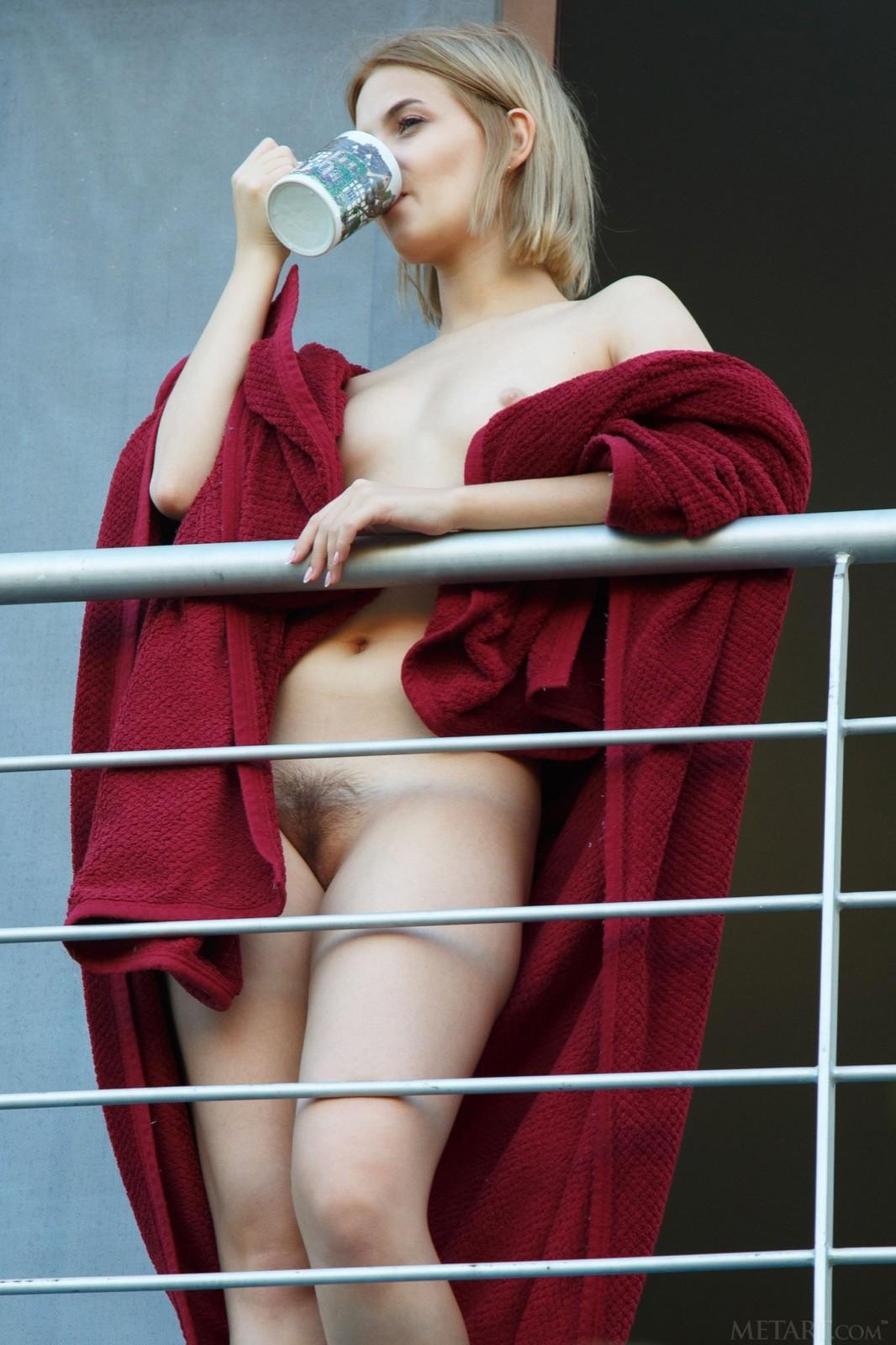 Блондинка с аппетитной голой попкой - фото