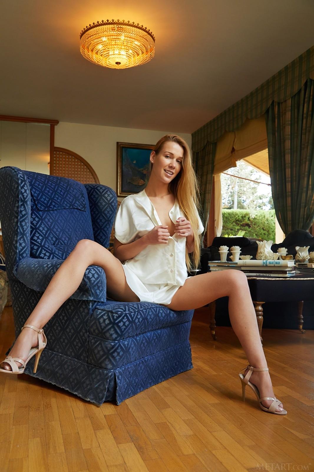 Симпатичная девка с длинными ногами - фото