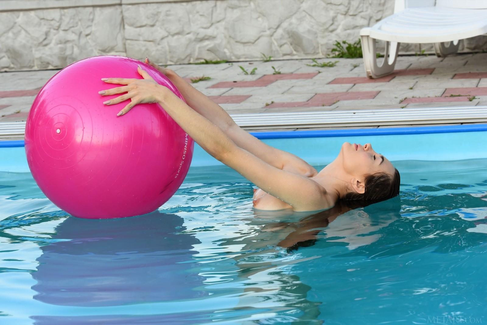 Голая девушка с надувным шаром в воде - фото