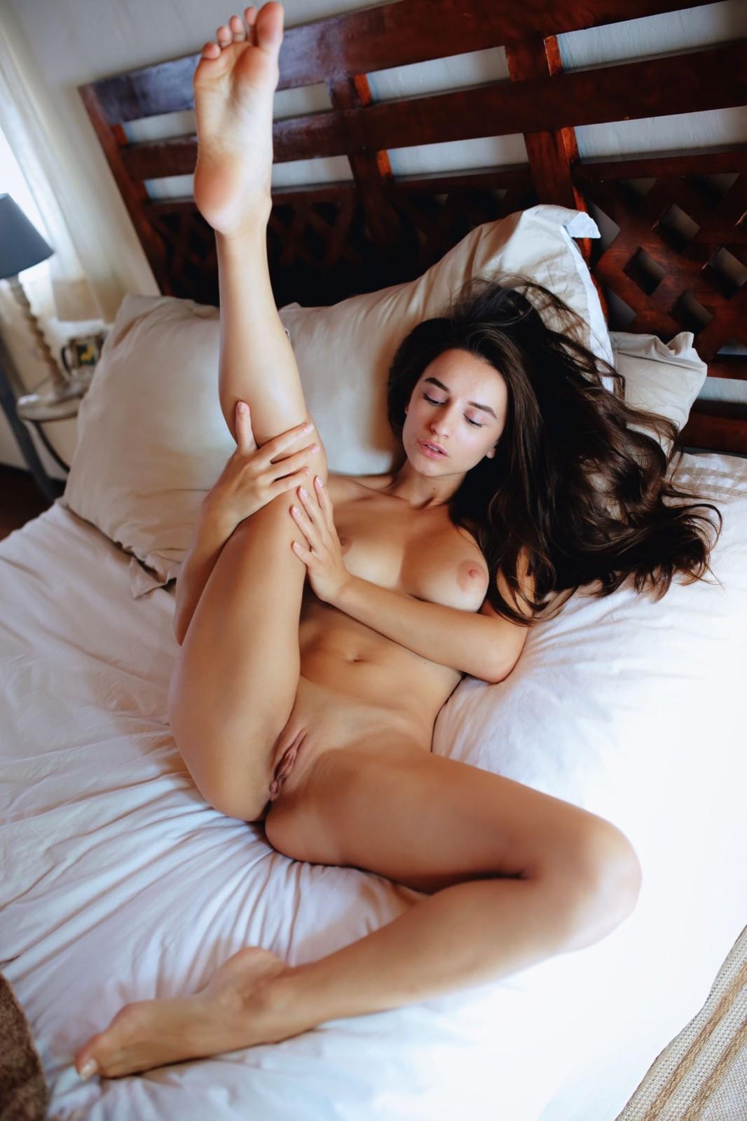 Нагая девица раздвигает ноги  - фото