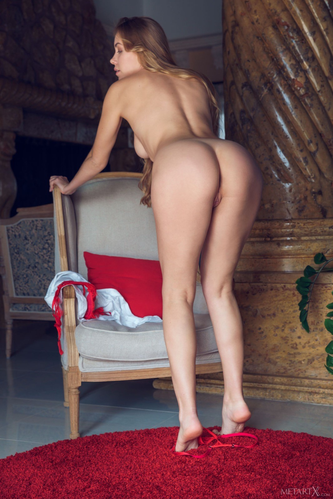 Красивая блондинка в красном белье - фото