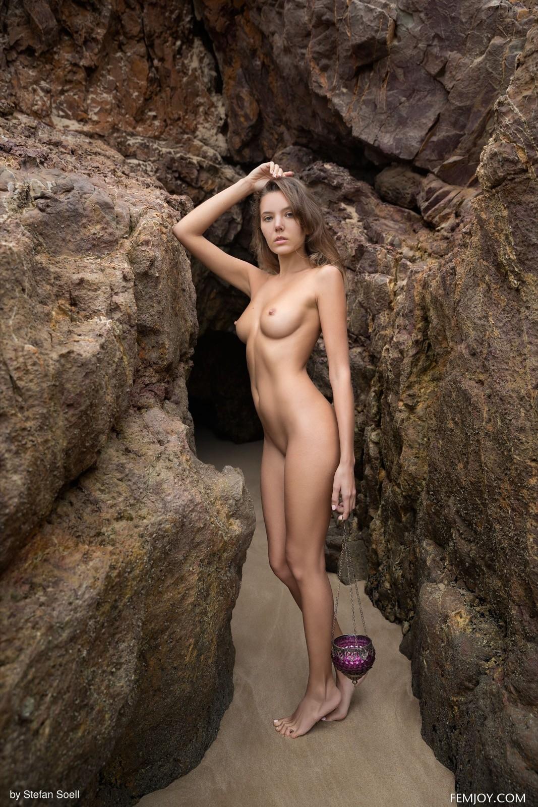 Голая девушка среди скал - фото