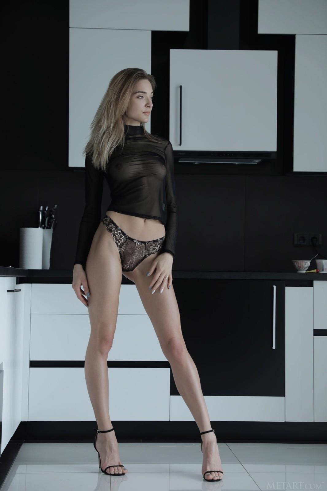 Высокая голая красотка с длинными ногами - фото