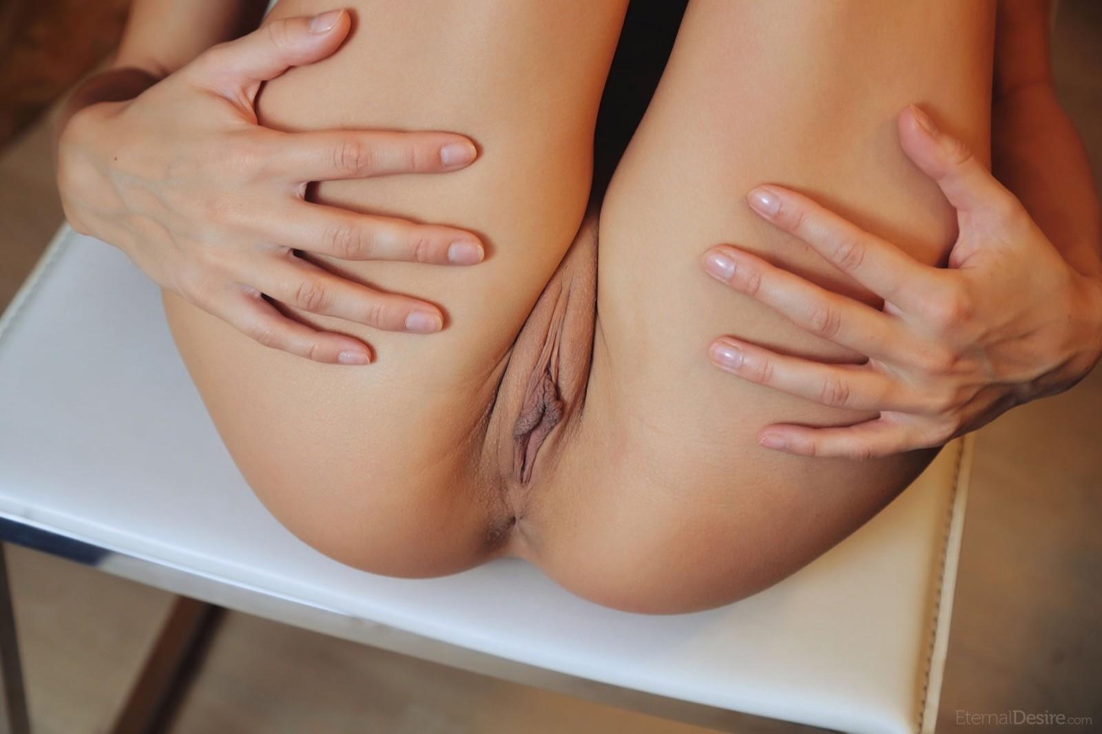 Длинные ноги и голая писька - фото