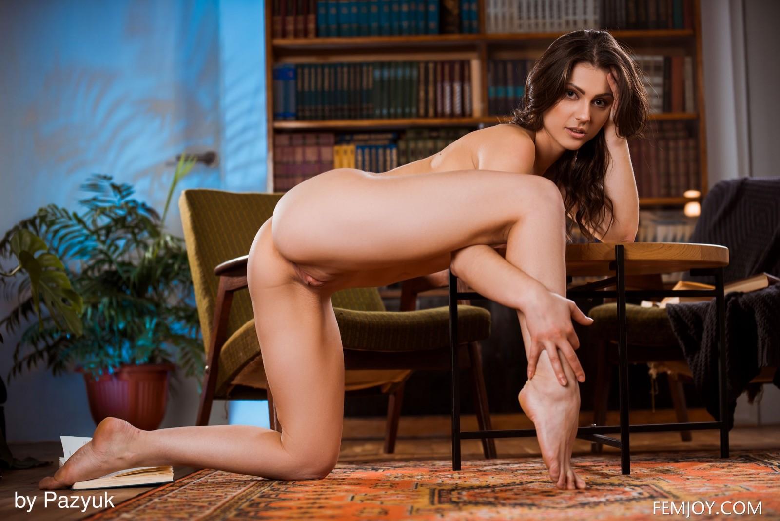 Студентка раздвигает ноги на полу - фото