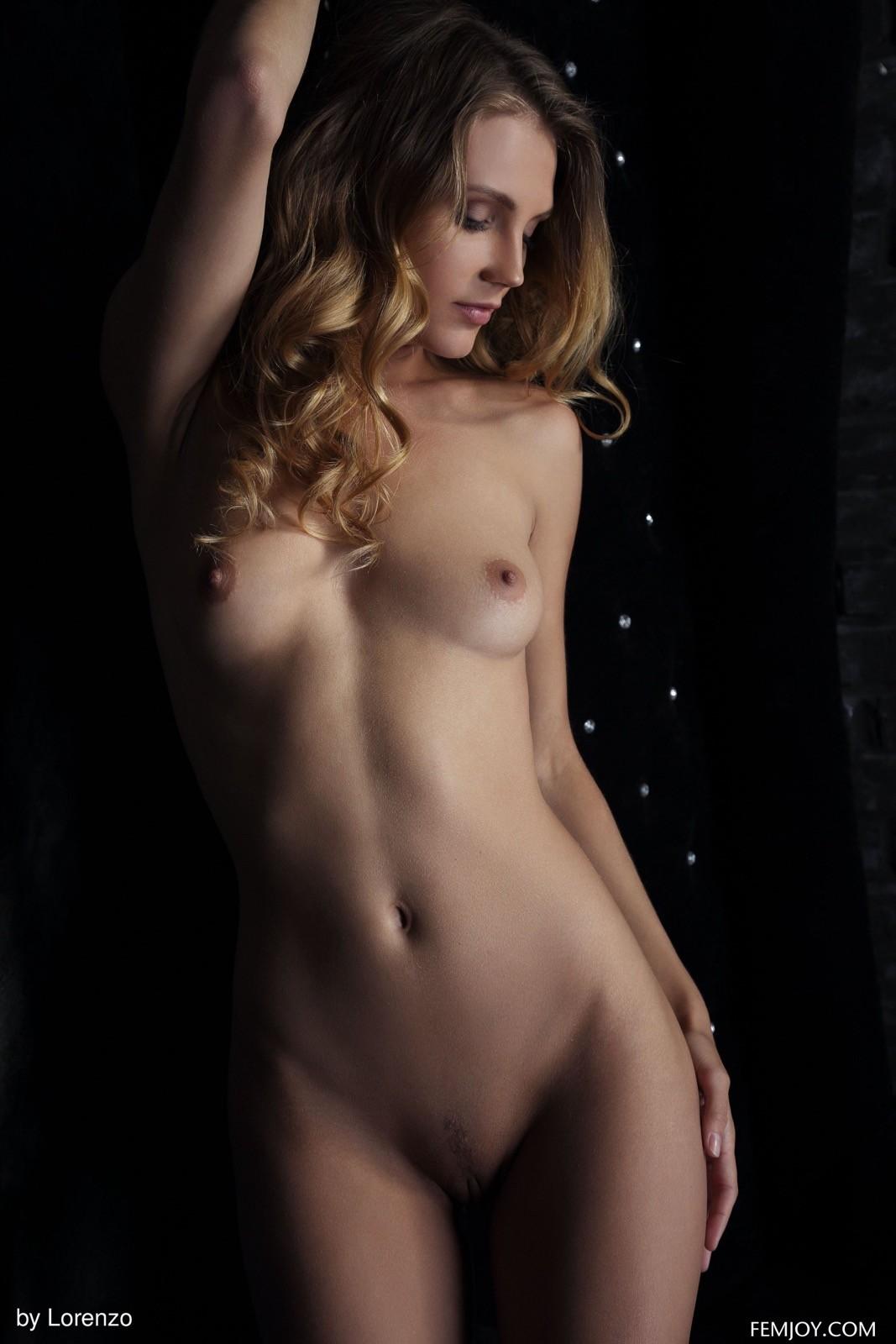 Блондинка с обнаженной попой и писей - фото