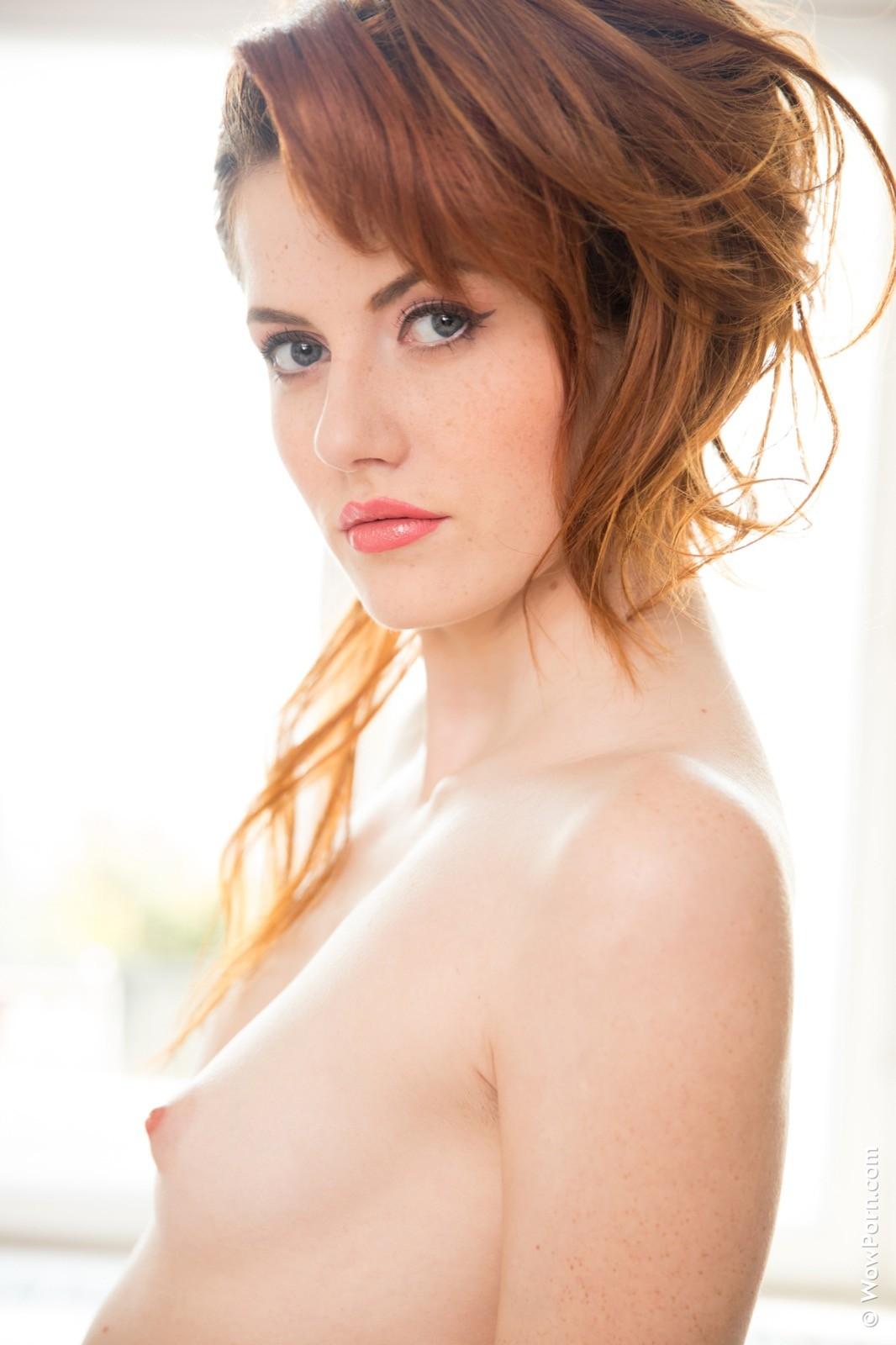Рыжая девица с плоской грудью - фото