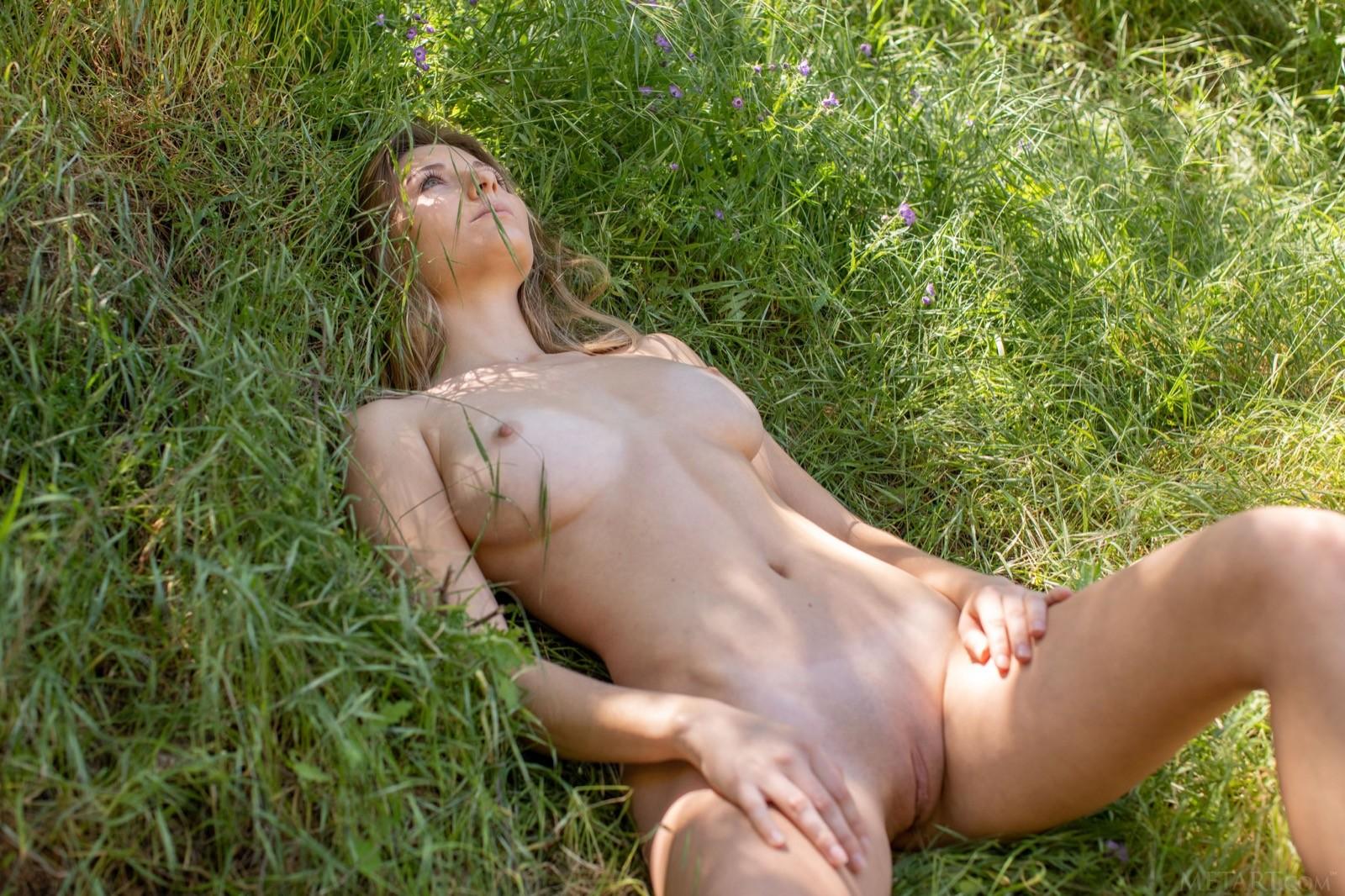 Девушка с большими титьками на природе - фото