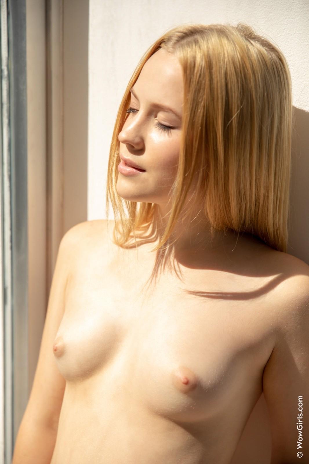 Симпатичная голая блондинка с сочной попой - фото