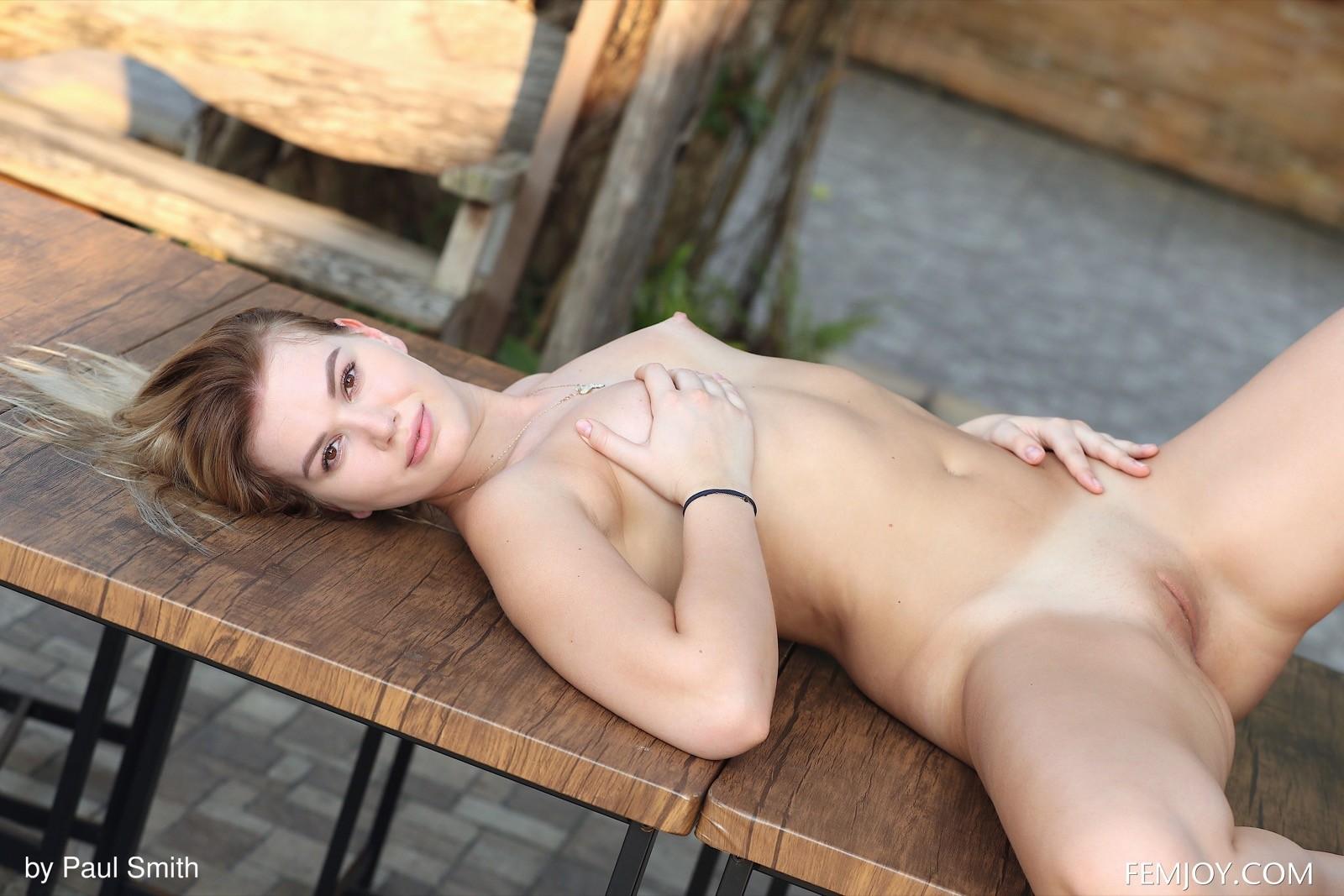 Девушка снимает трусы и ложится на стол - фото