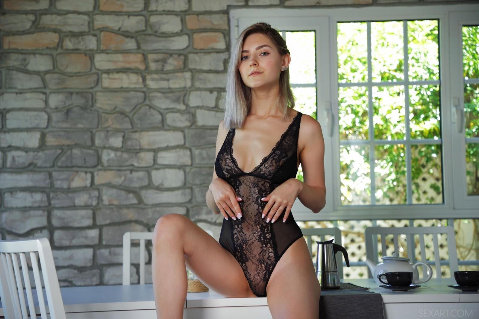 Стройная девушка в соблазнительном белье - фото