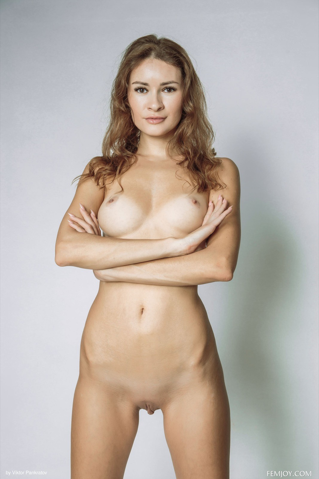 Модель с длинными ножками в боди и голая - фото