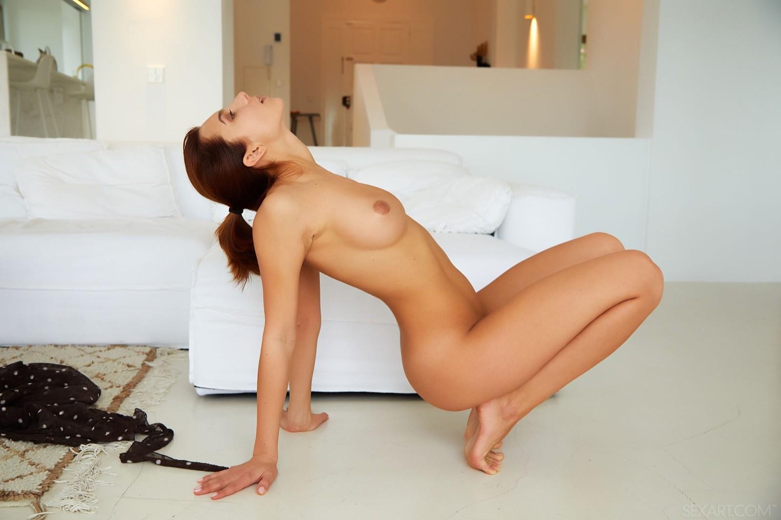 Красивая голая девушка в блузке - фото