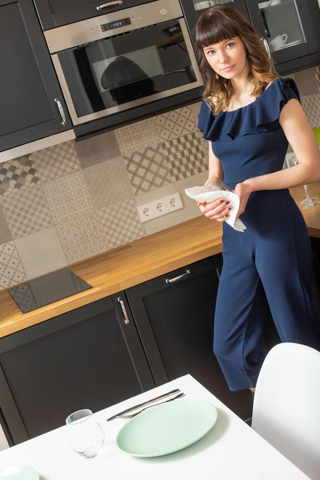 Стройная голая девушка на кухне - фото
