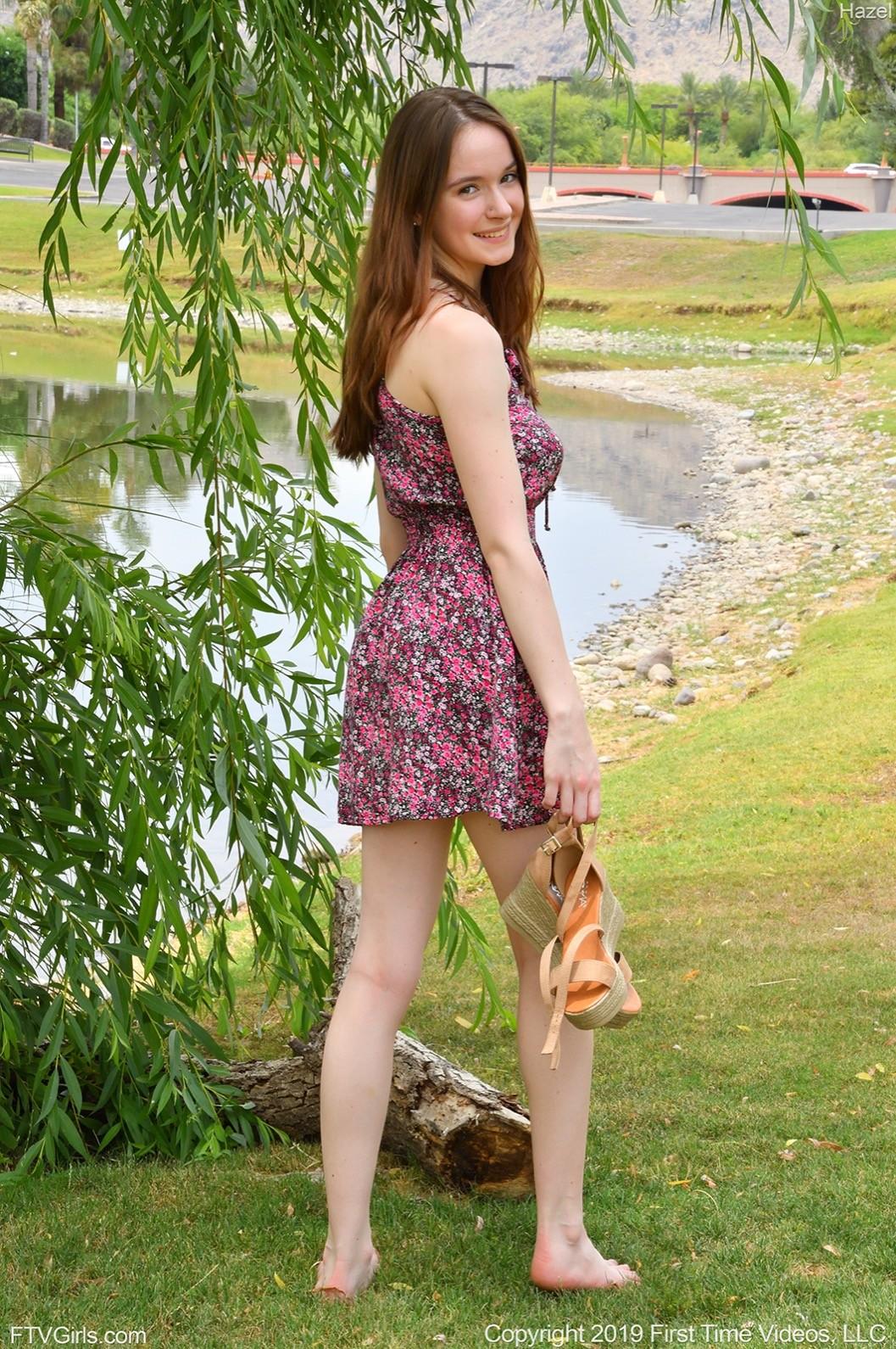 Молодая красотка с красивой грудью - фото