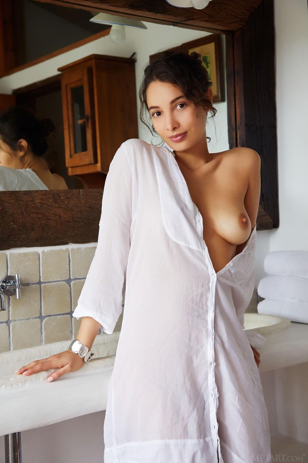 Колумбийка в длинной рубашке на голое тело - фото