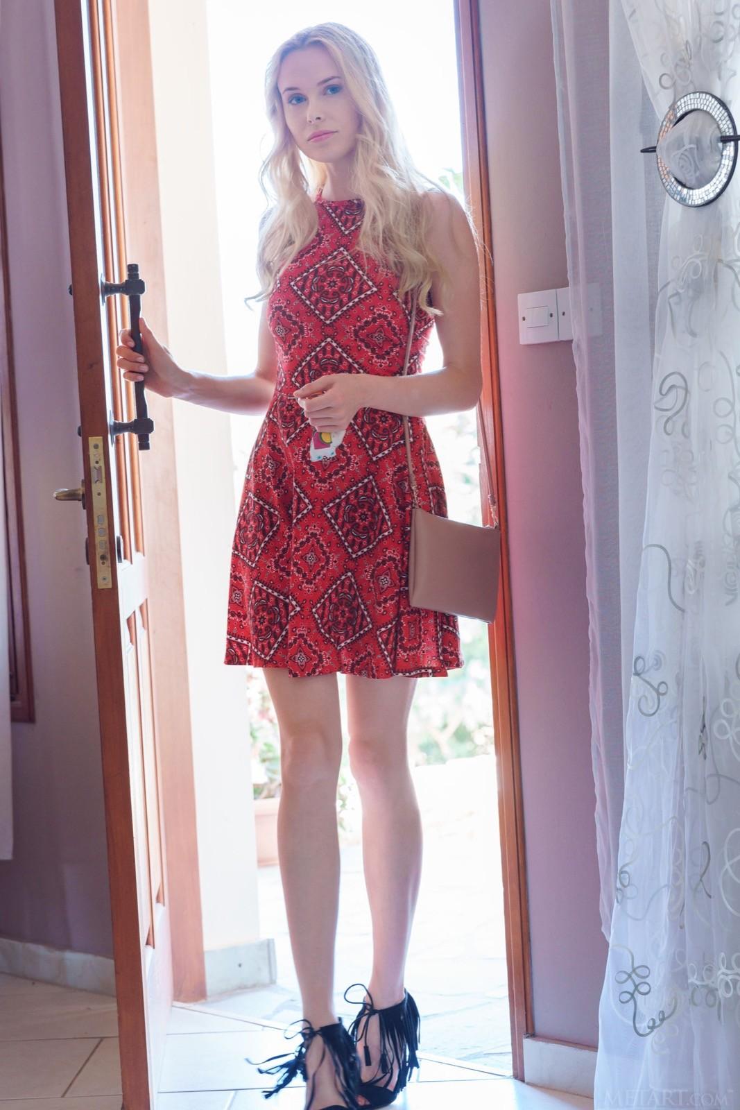 Блондинка с упругой попой снимает платье и трусики - фото