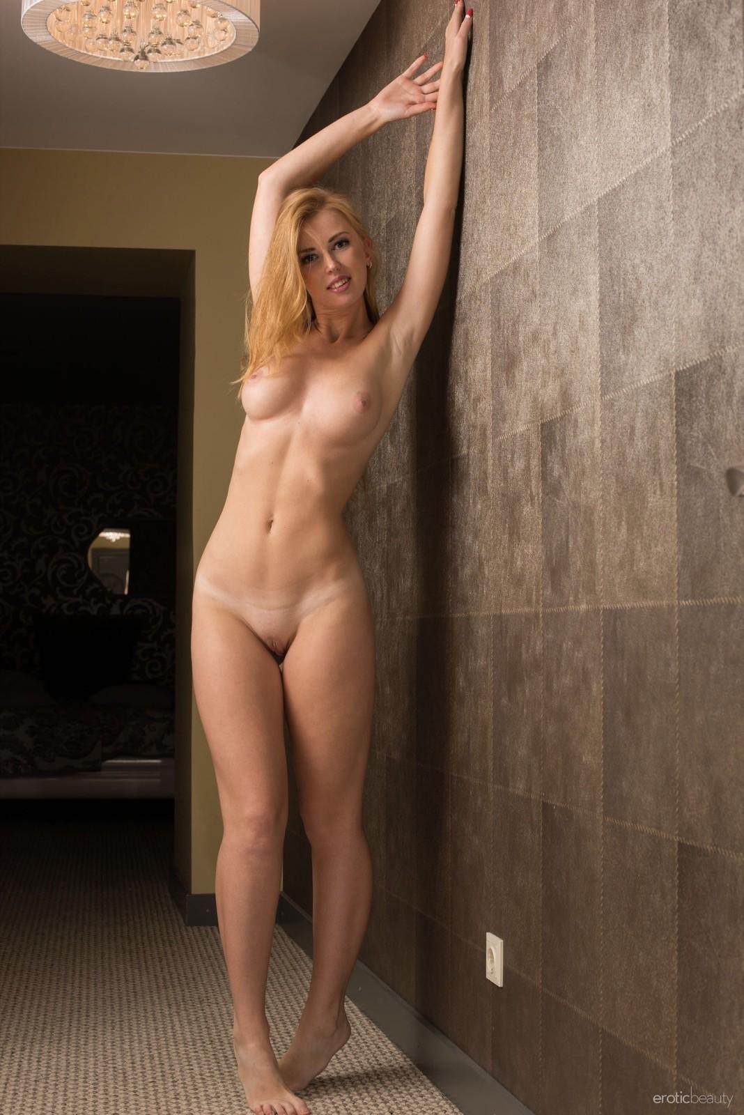Дамочка с большой жопой разделась в коридоре - фото