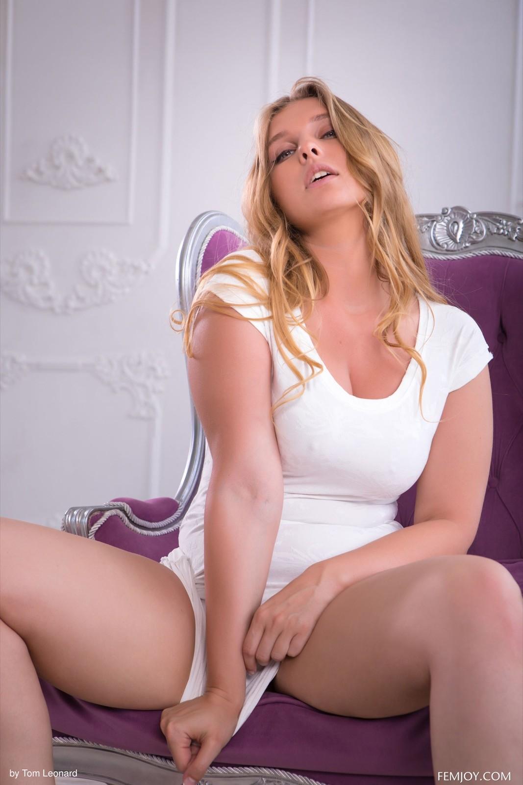 Пышная блондинка с аппетитной попкой - фото