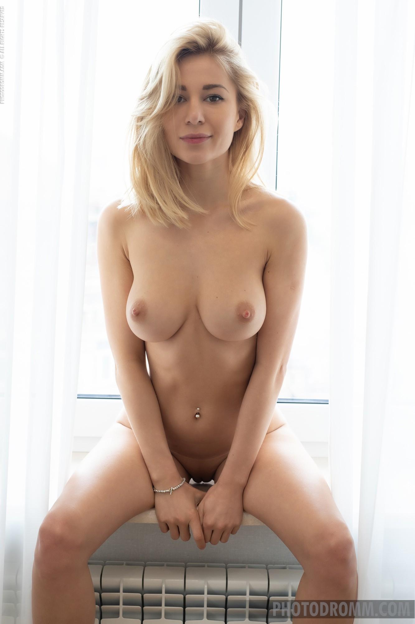 Светловолосая девушка с красивыми сиськами - фото