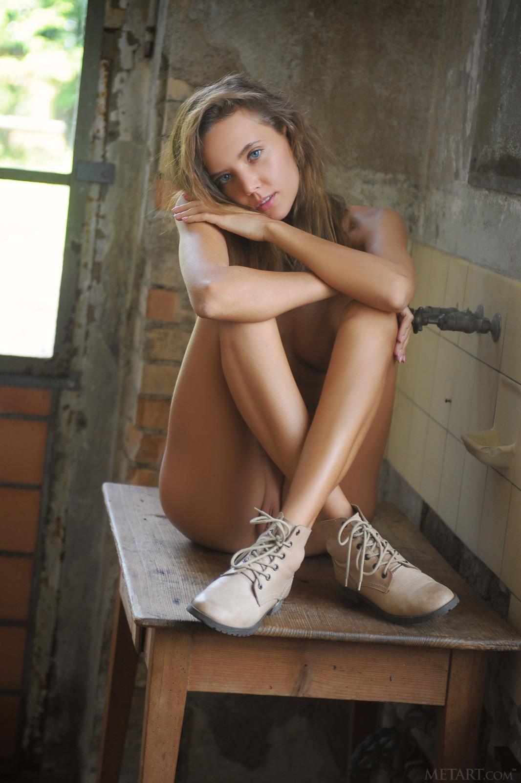 Молодая девушка в промышленном помещении - фото