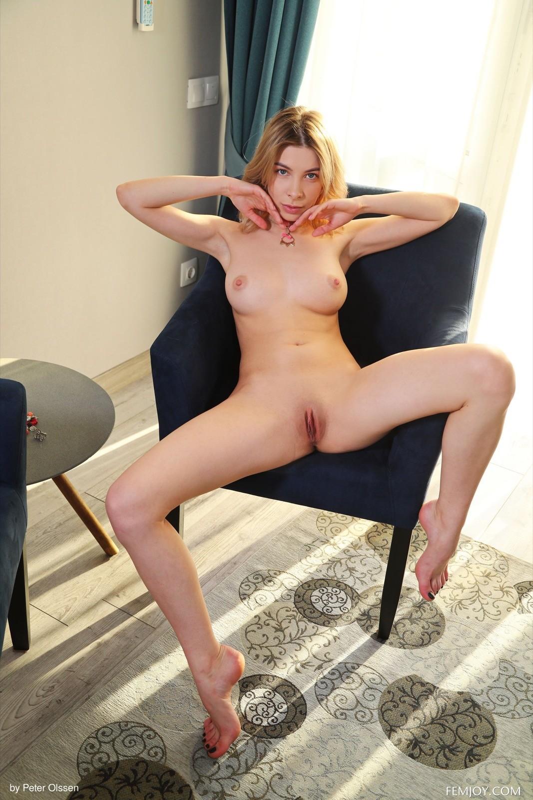 Фигуристая голая девушка с шалью - фото