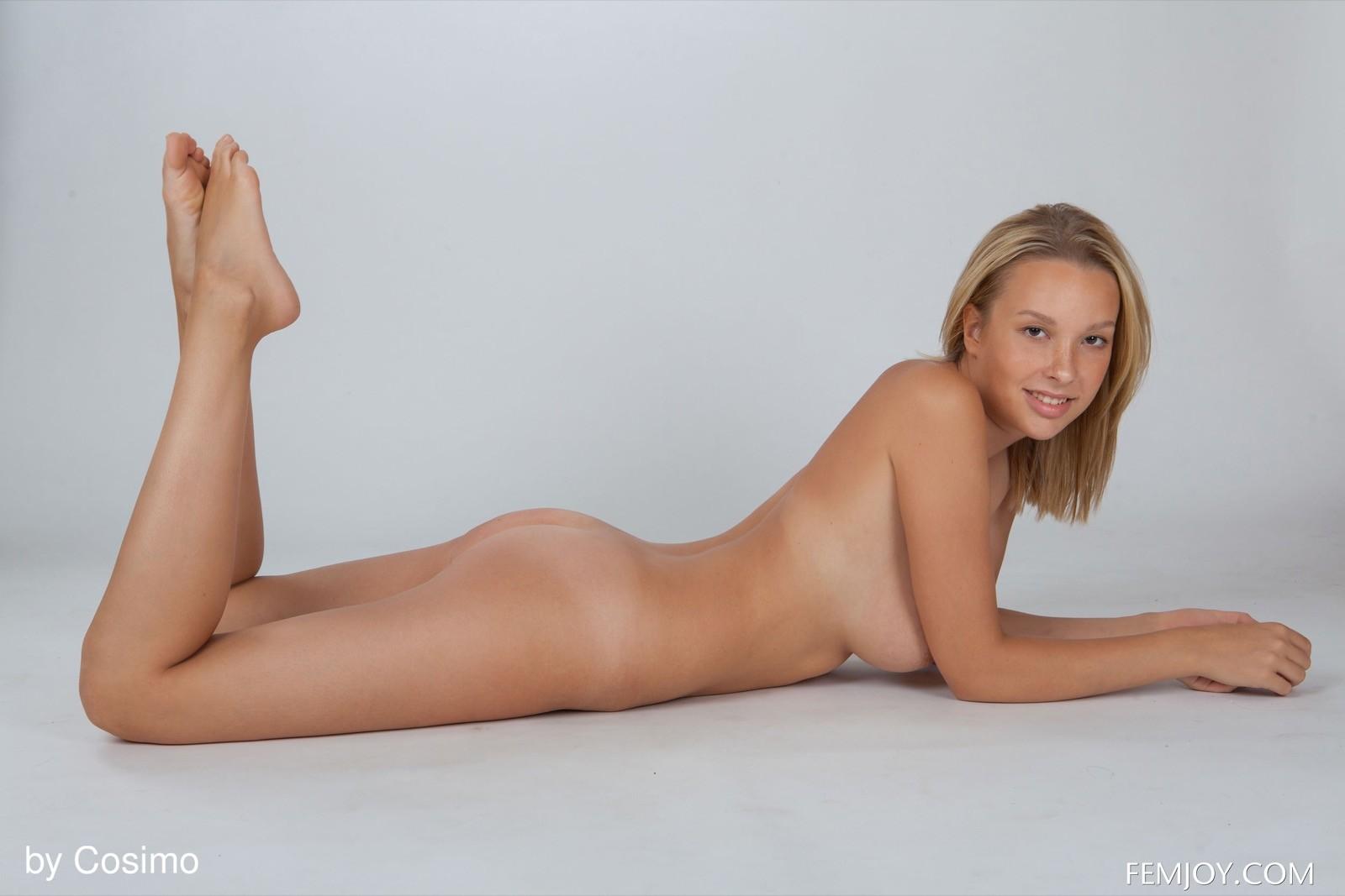 Грудастая голая блондинка со стройной талией - фото