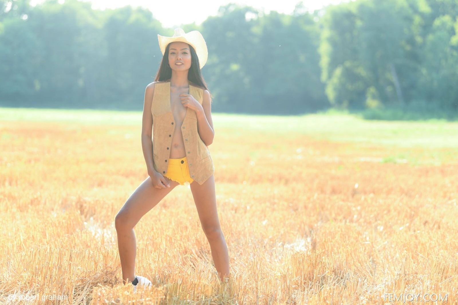 Тощая азиатка с маленькой грудью на природе - фото