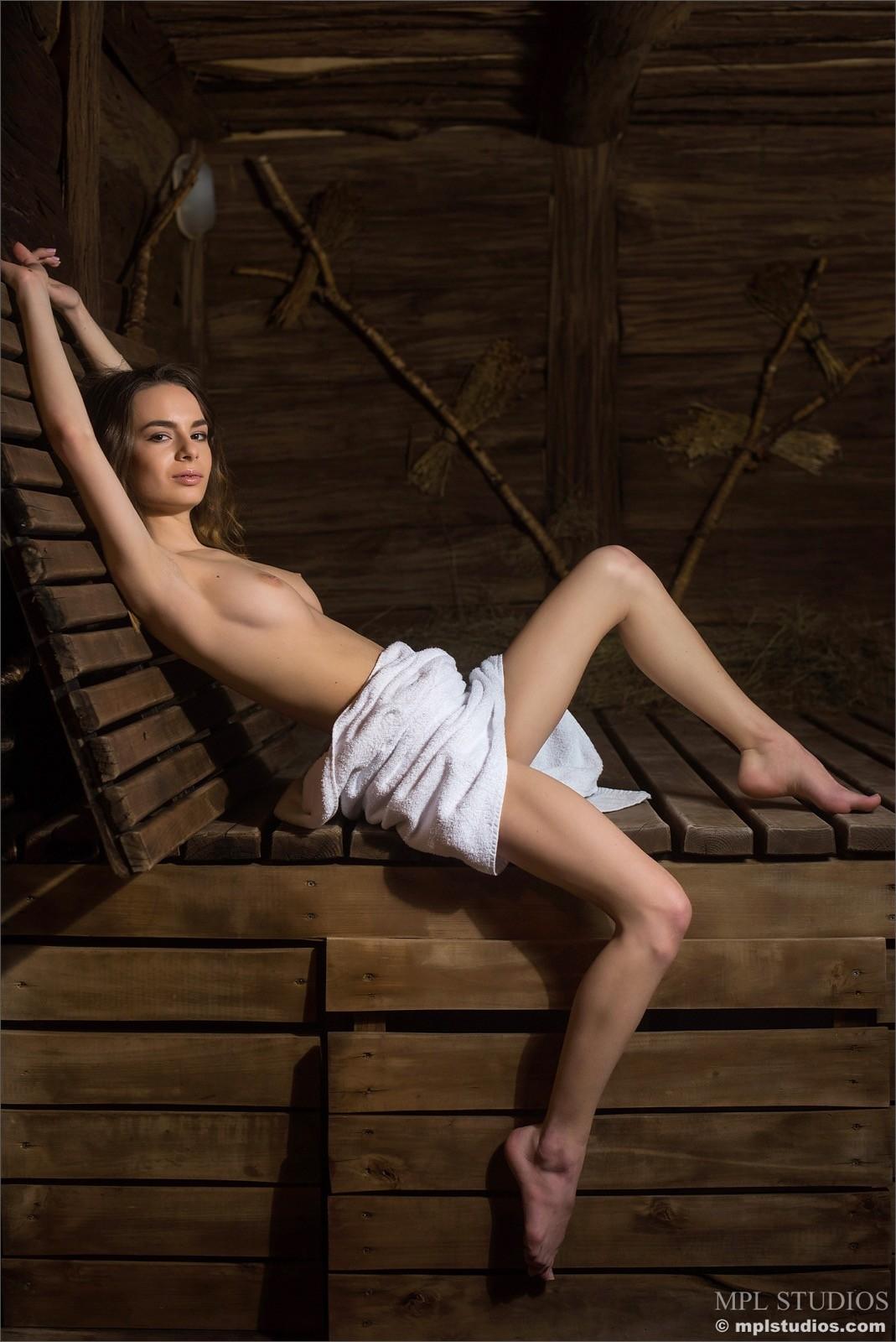 Обнажённая девушка в бане в полотенце - фото