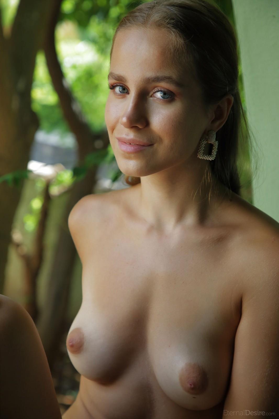 Голая русская девка позирует на даче - фото