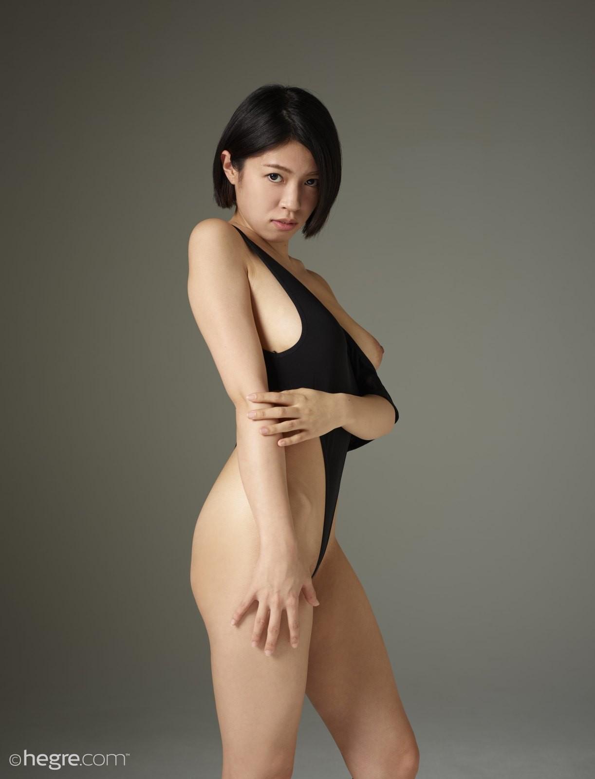 Красивая темноволосая японка снимает купальник - фото