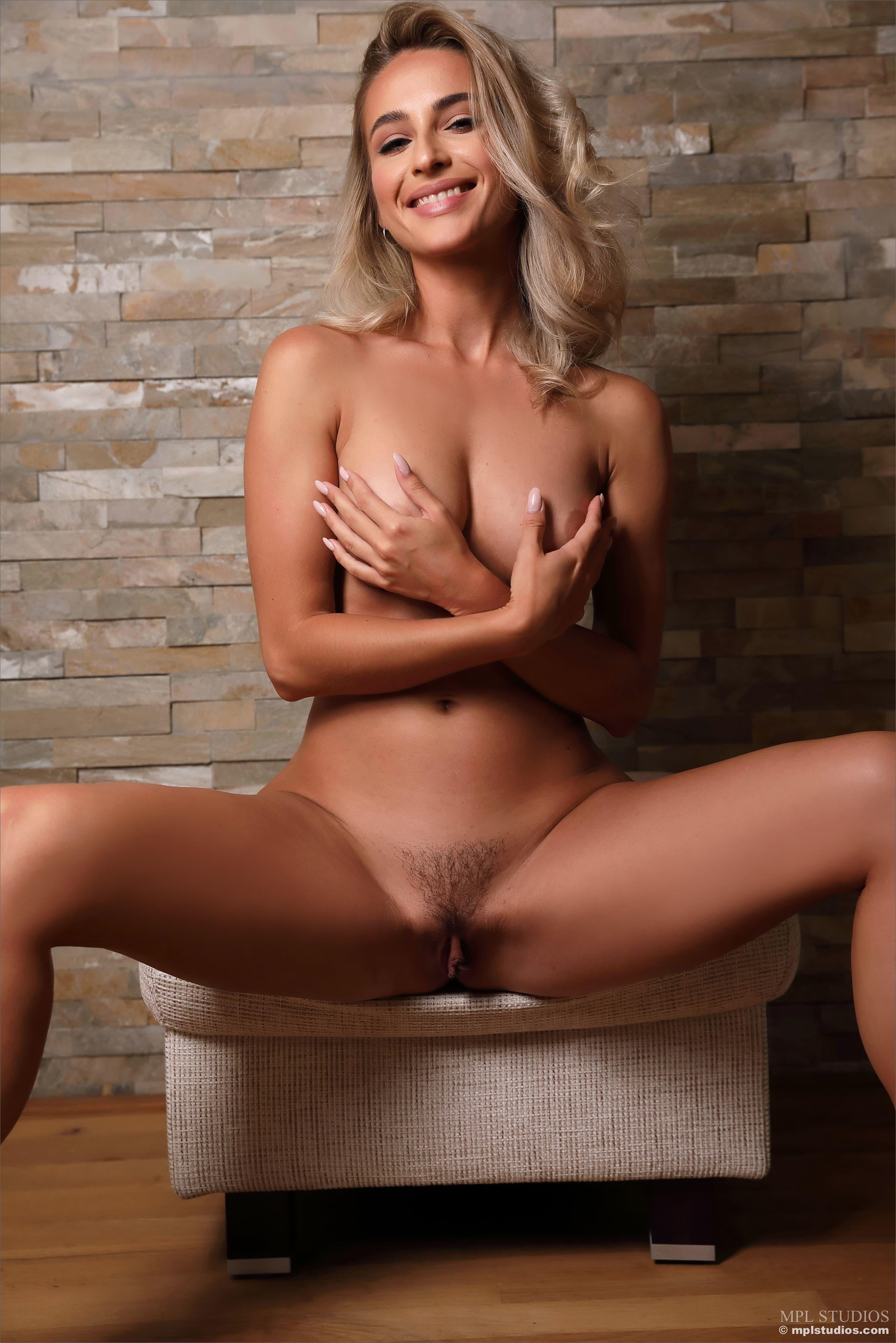 Сексуальная блондинка с красивым телом - фото