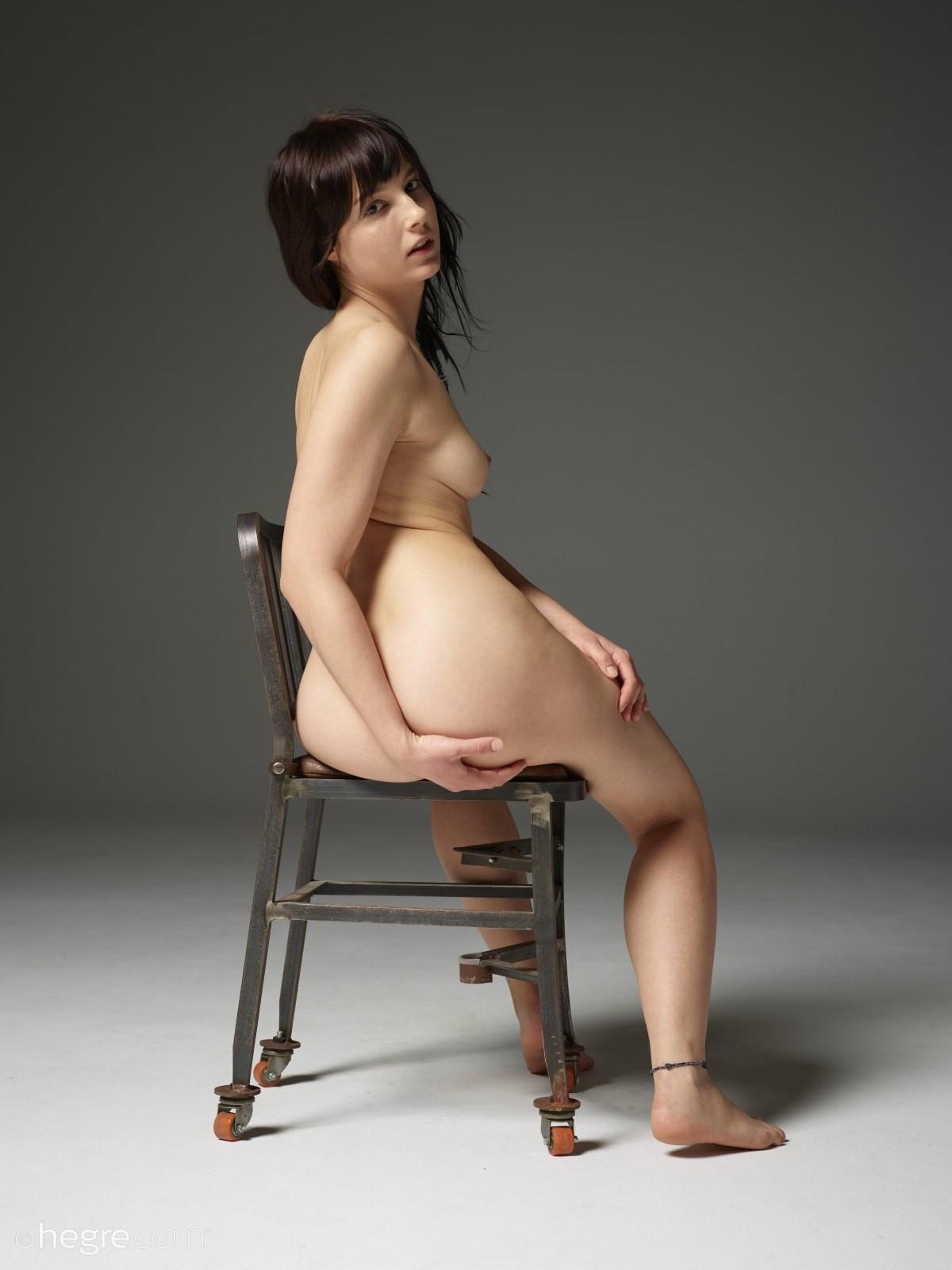 Сексуальная голая девушка меняет позиции на стуле - фото