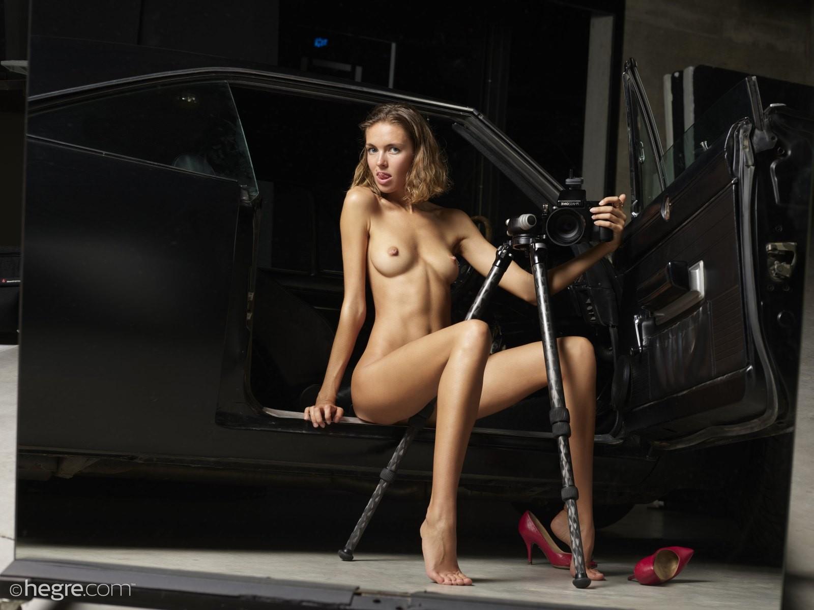 Худая модель в чулках с интимной прической на лобке - фото