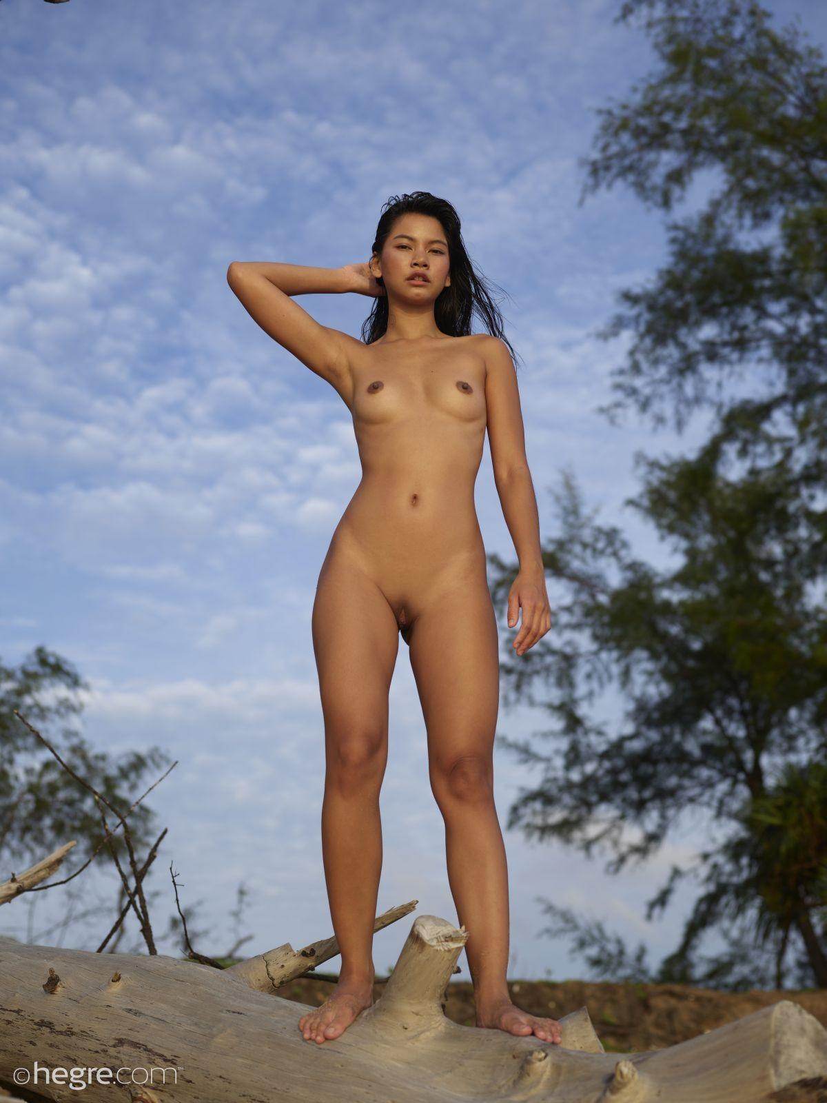 Обнаженная молодая тайка на природе - фото