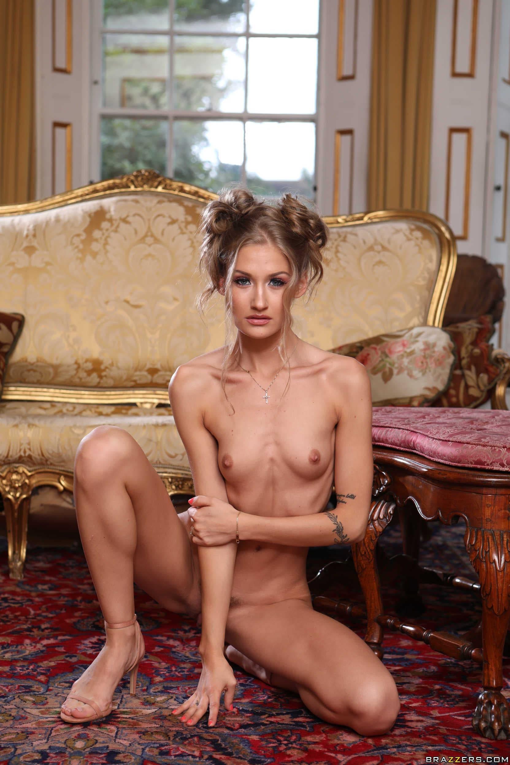 Тощая девушка с удой жопой - фото
