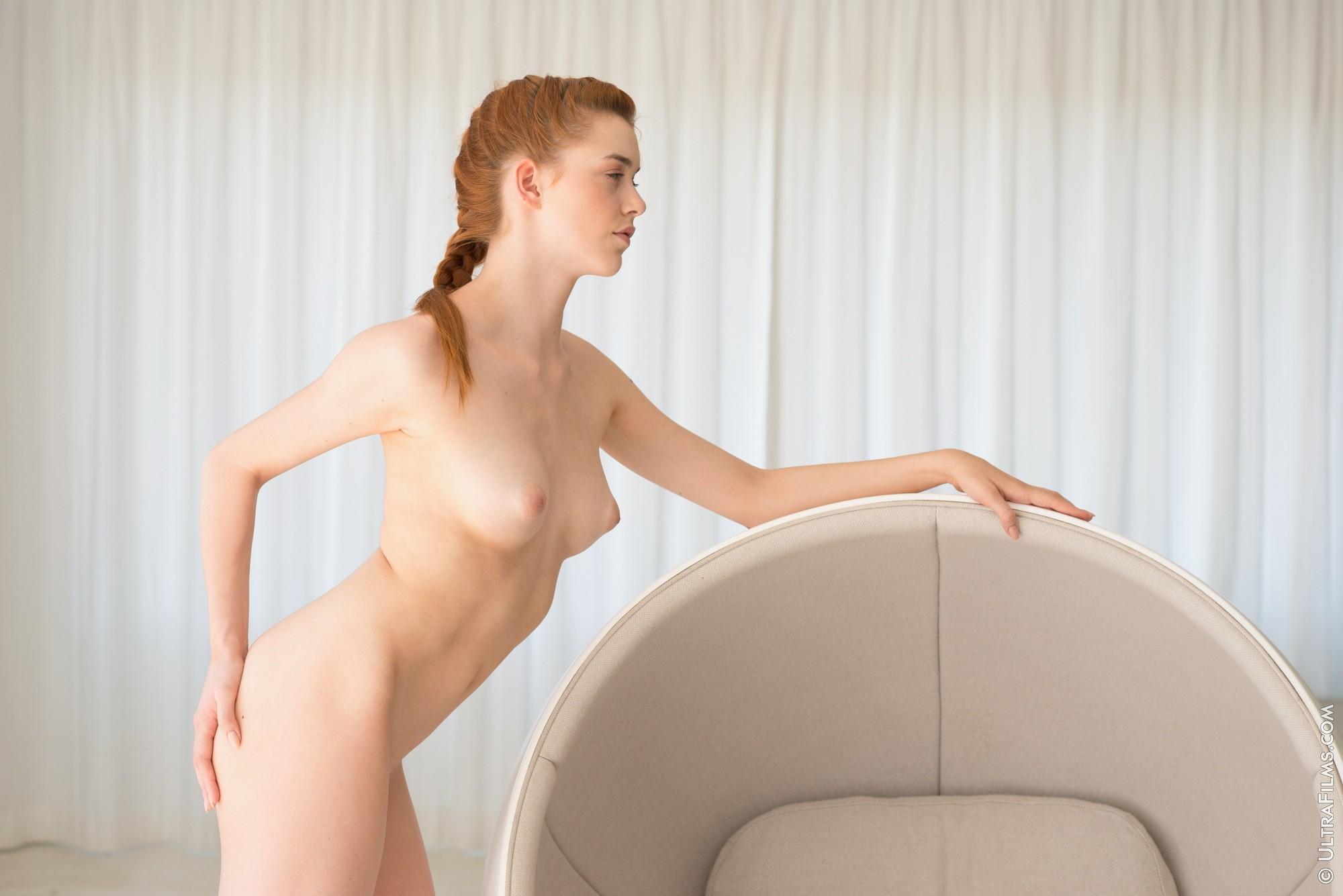 Рыжая девица раздвинула рогатку в кресле - фото