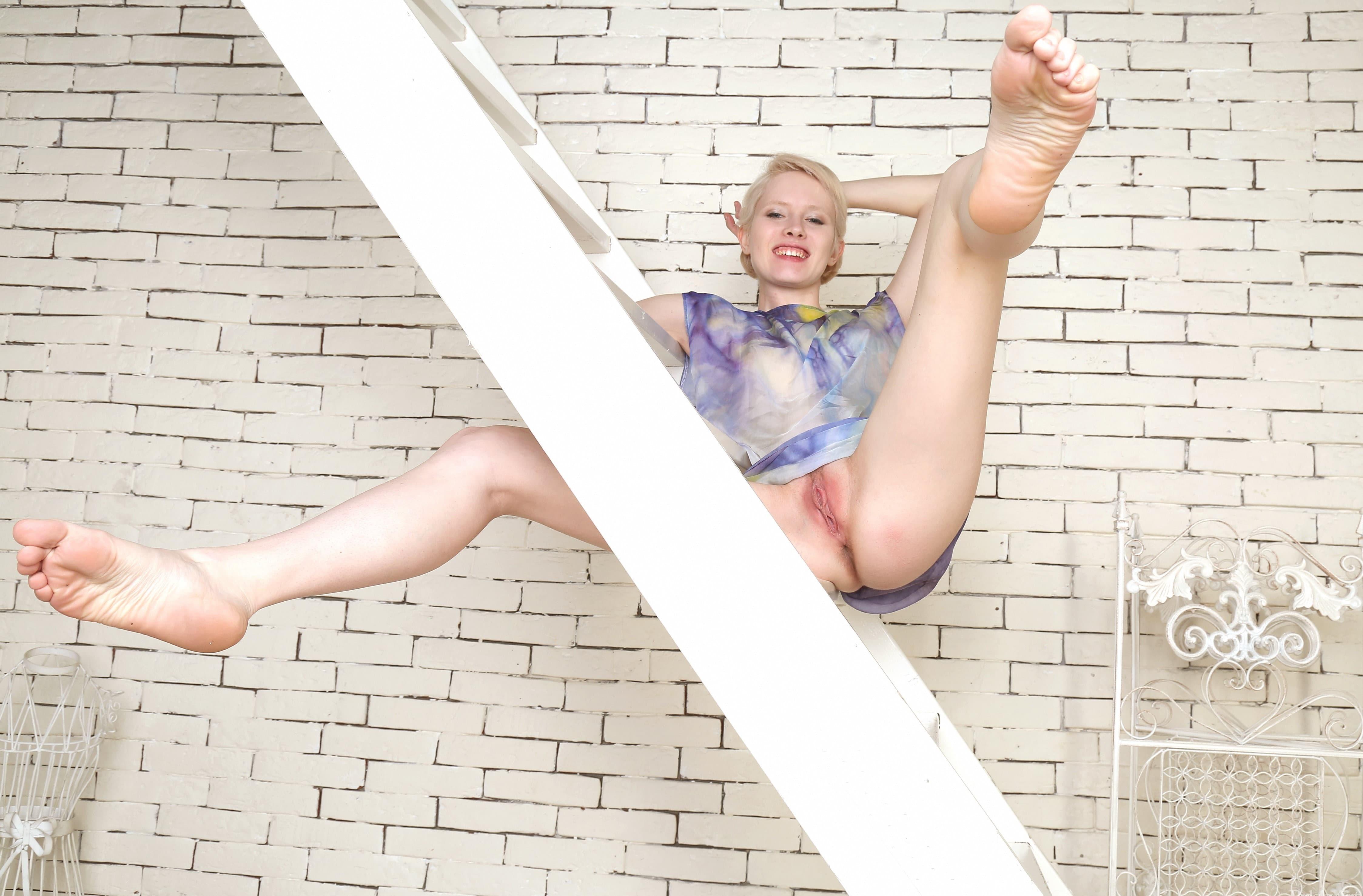 Блондинка с короткой стрижкой и голой киской - фото