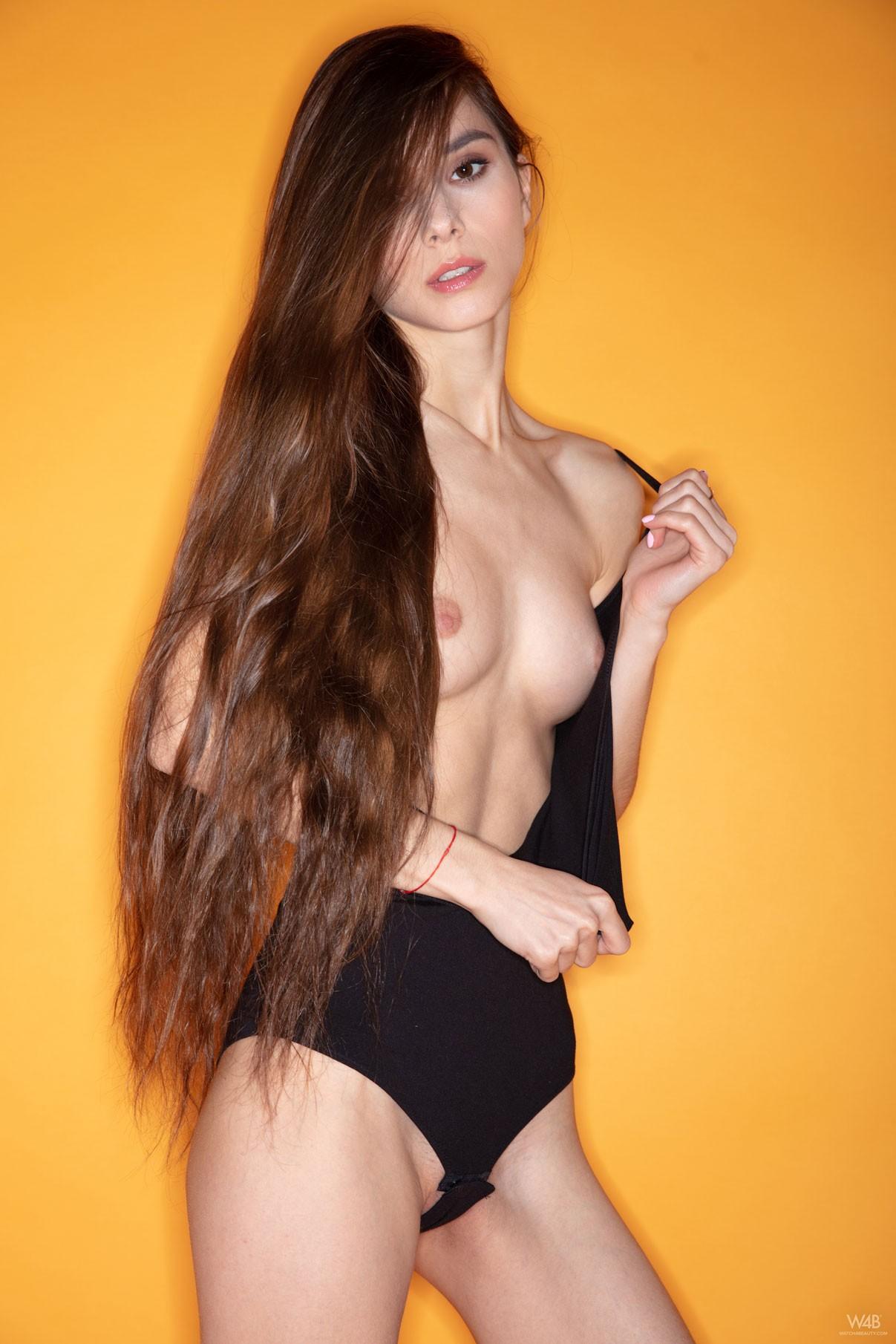 Худенькая девица с голой киской - фото