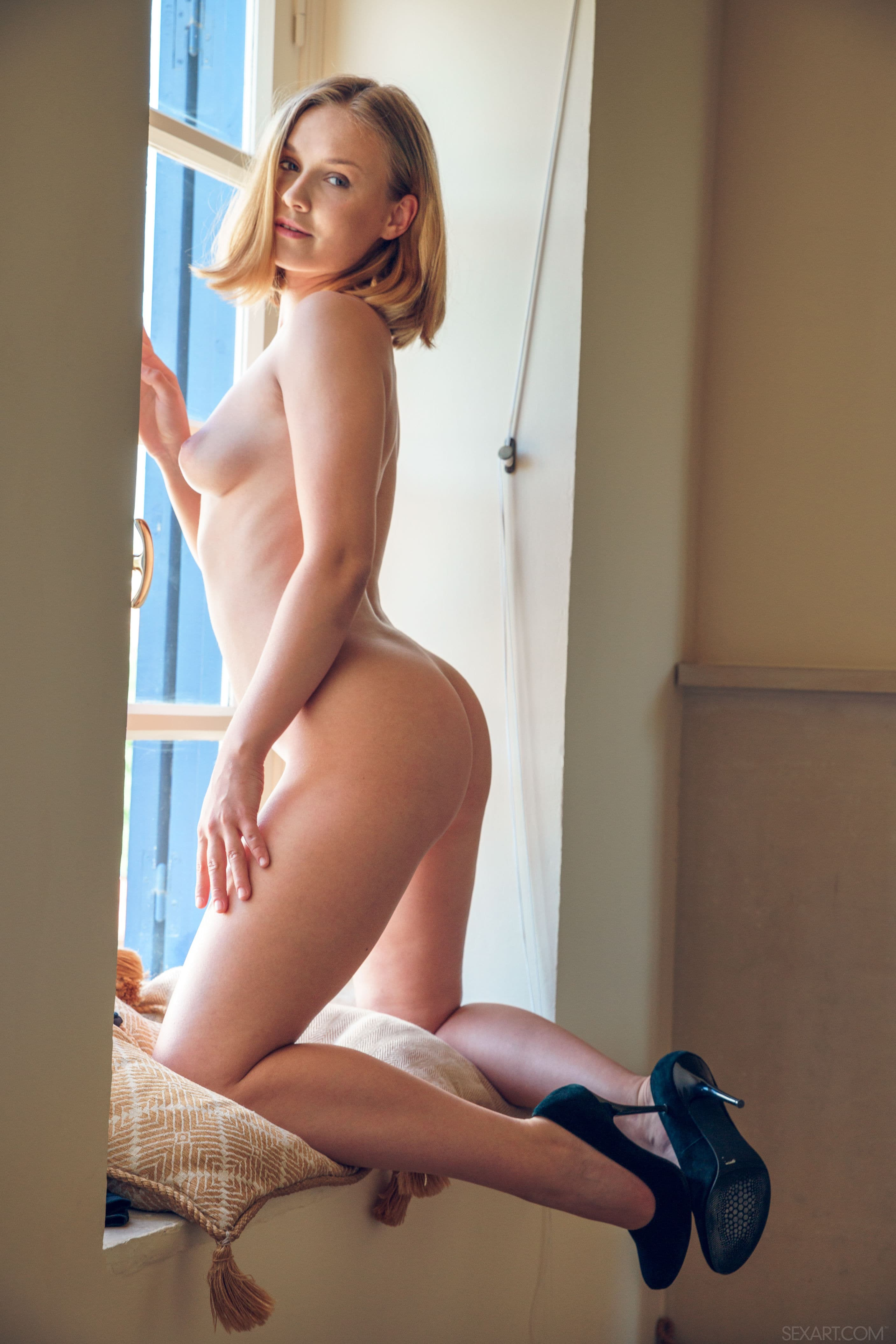 Девушка с красивым телом позирует на полу - фото