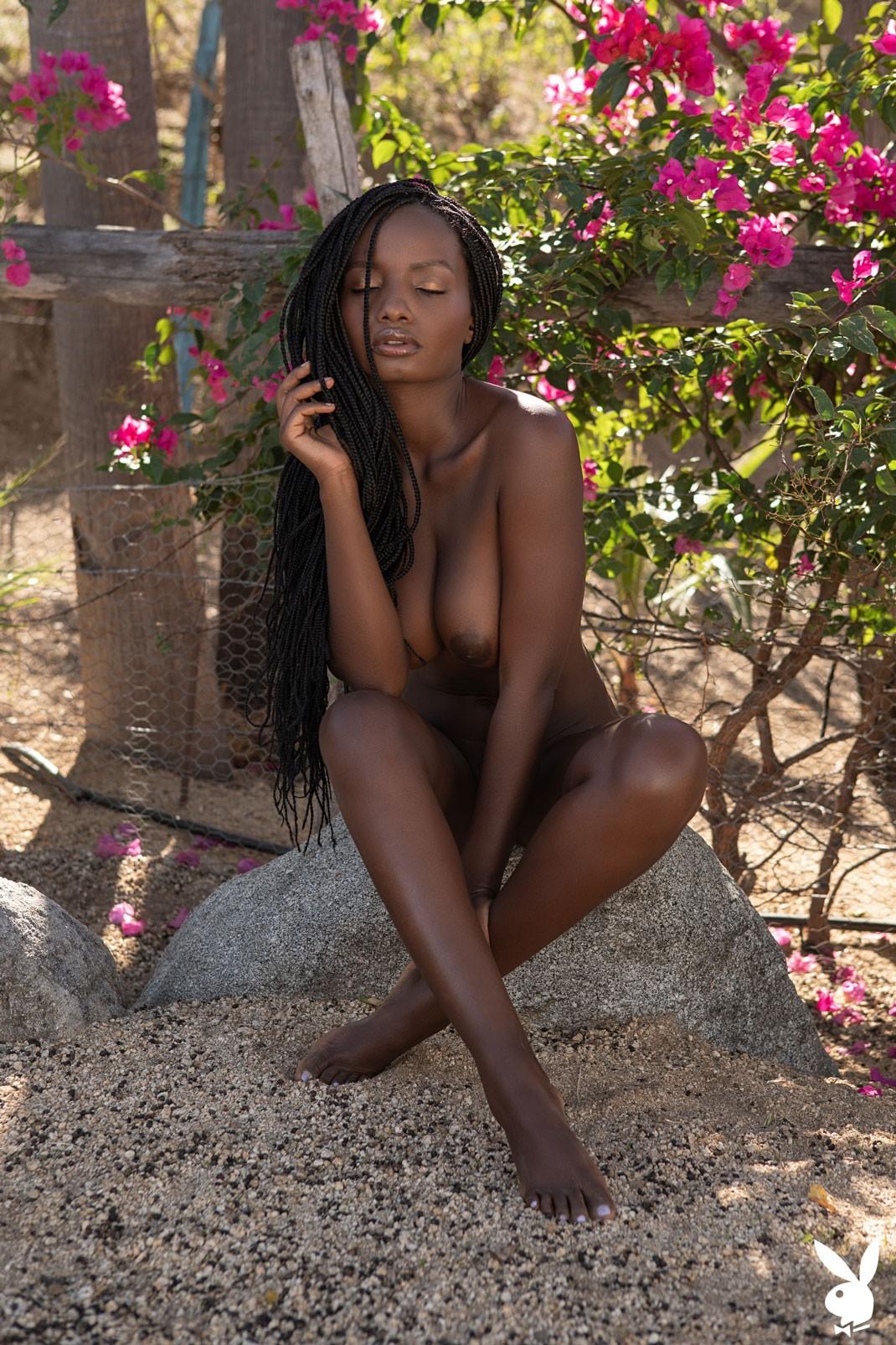 Молодая африканка с большими дойками - фото