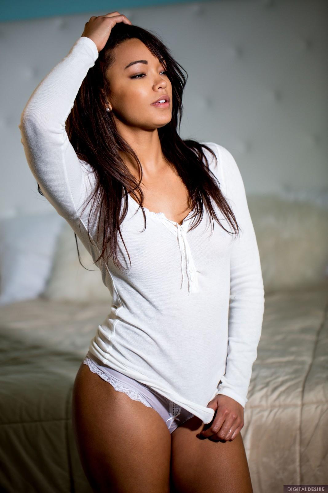 Привлекательная мулатка на кровати - фото