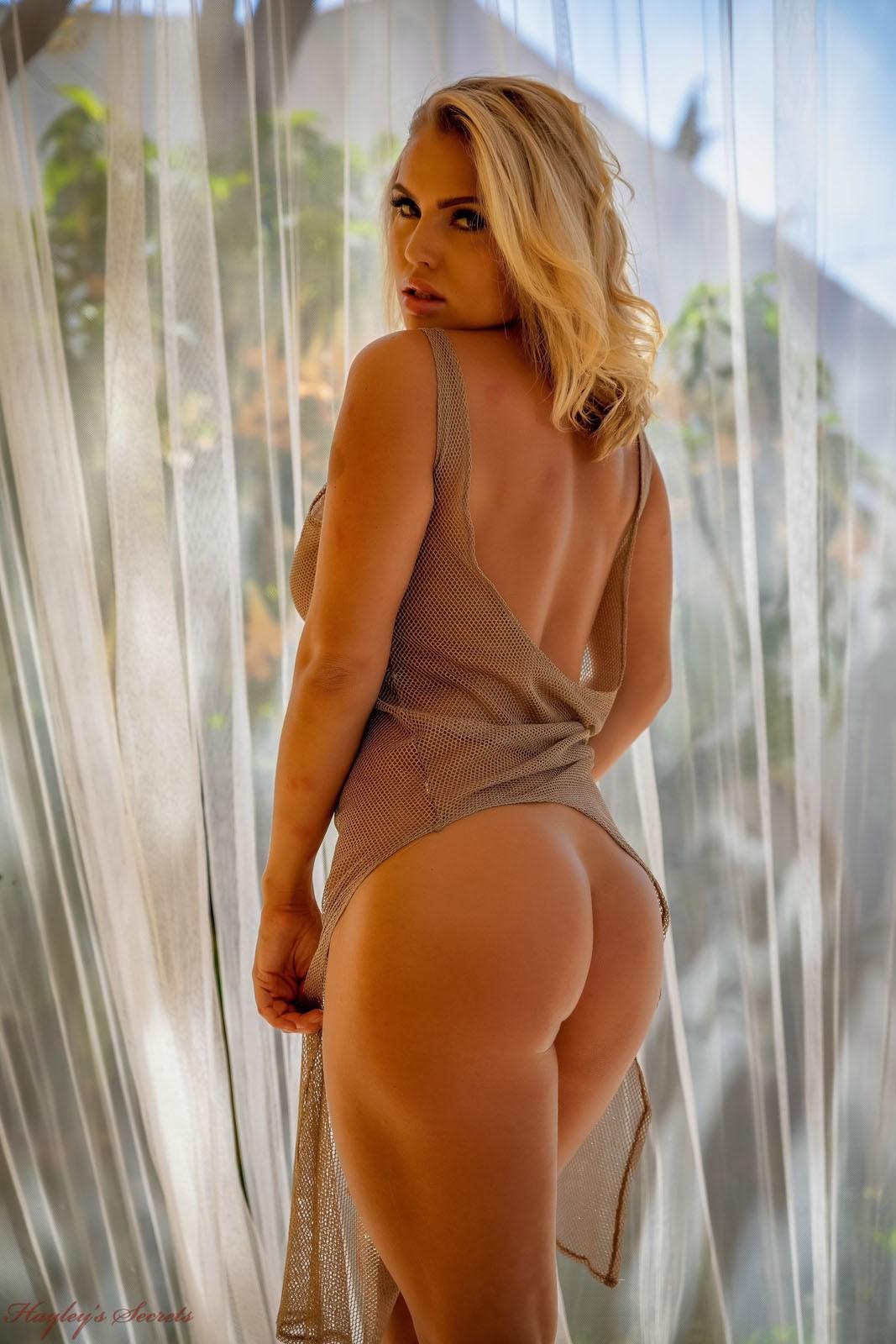 Блондинка с сексуальными формами - фото