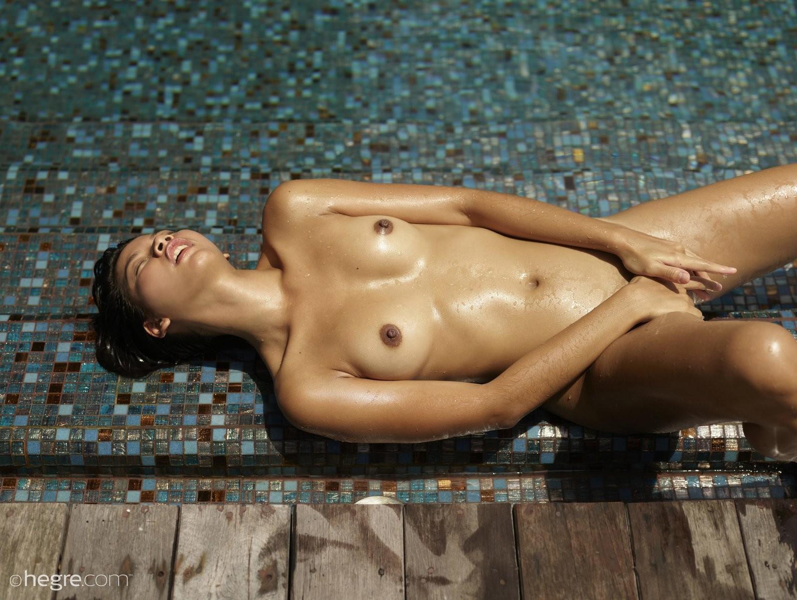 Обнаженная азиатка в бассейне - фото