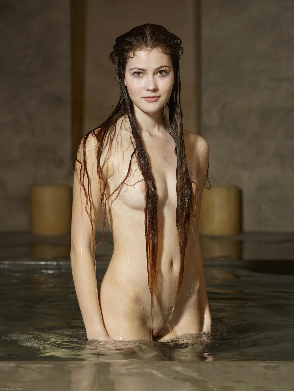 Мокрая девушка в бассейне без купальника - фото