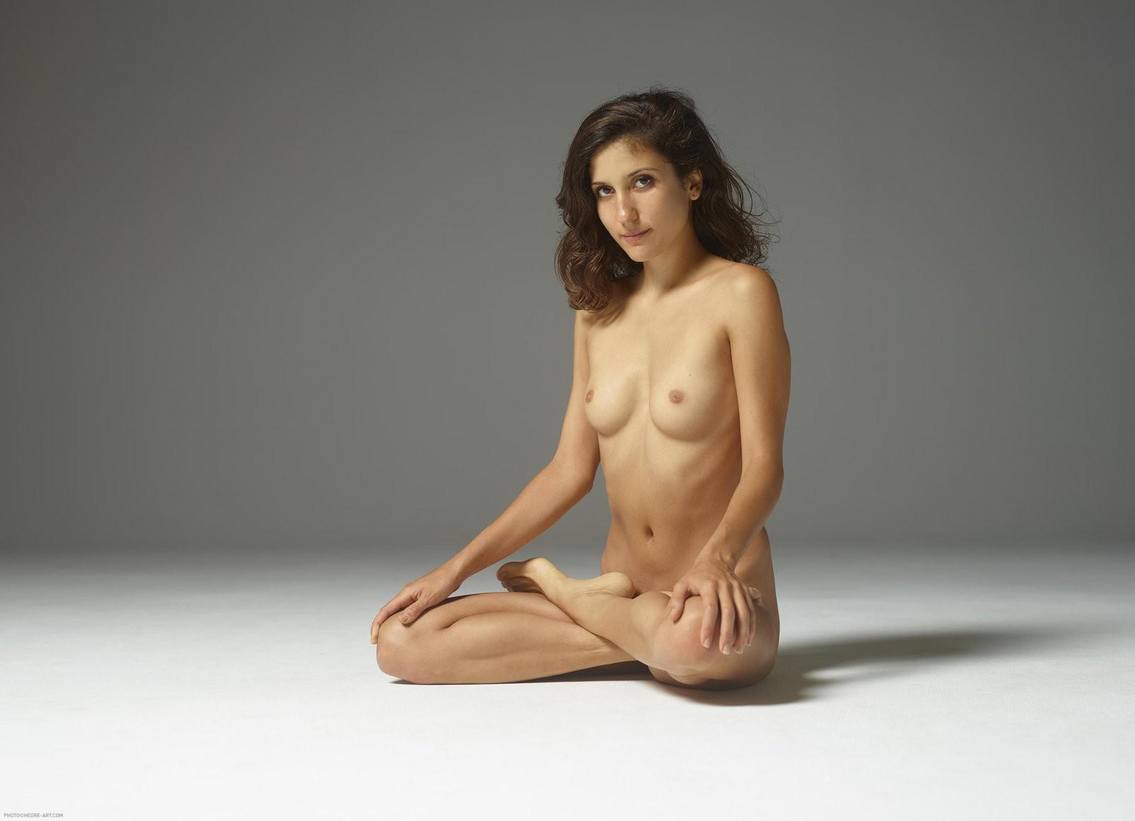 Стройная голая дамочка на полу - фото