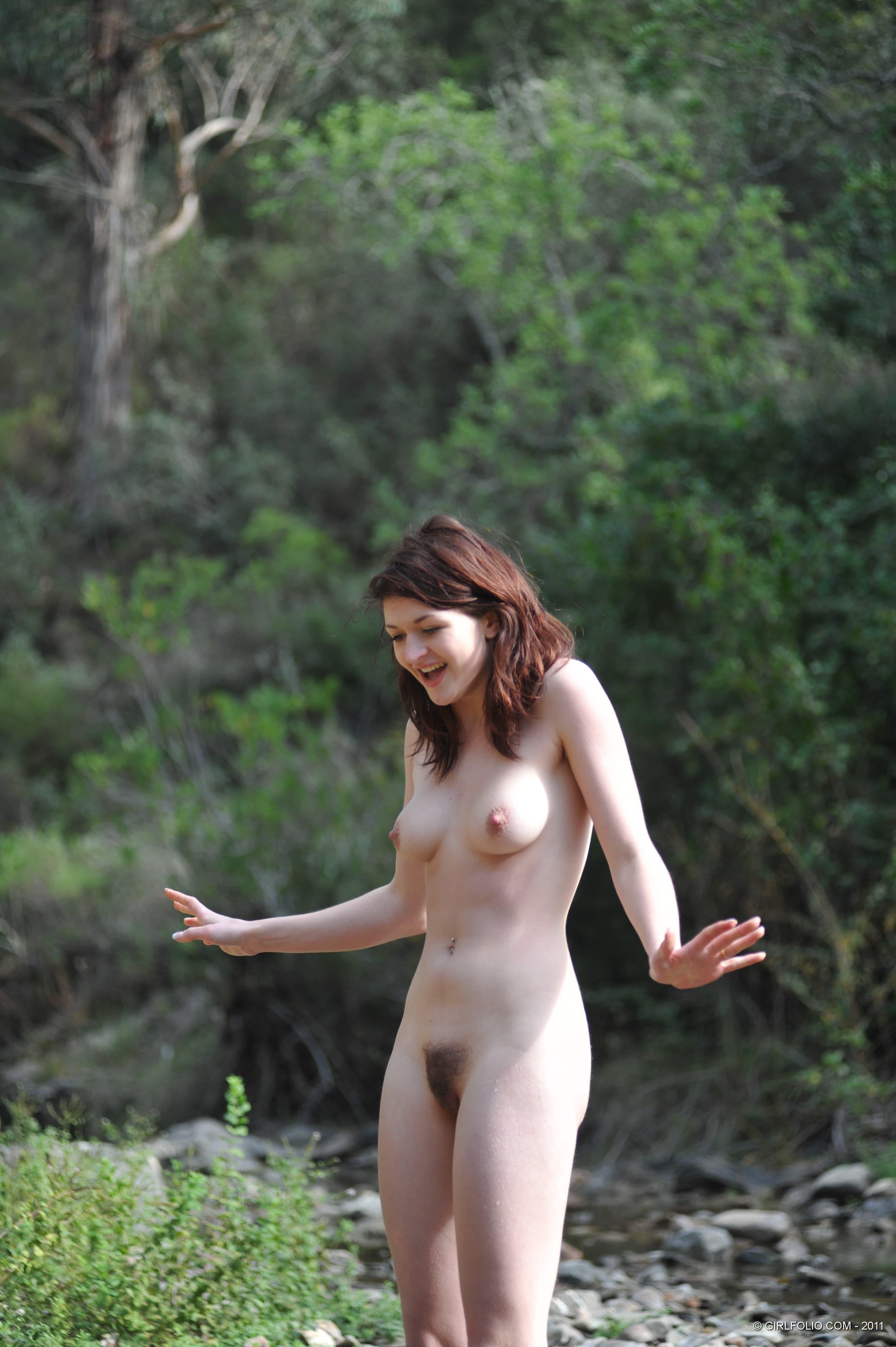 Голая девушка в резиновых сапогах - фото