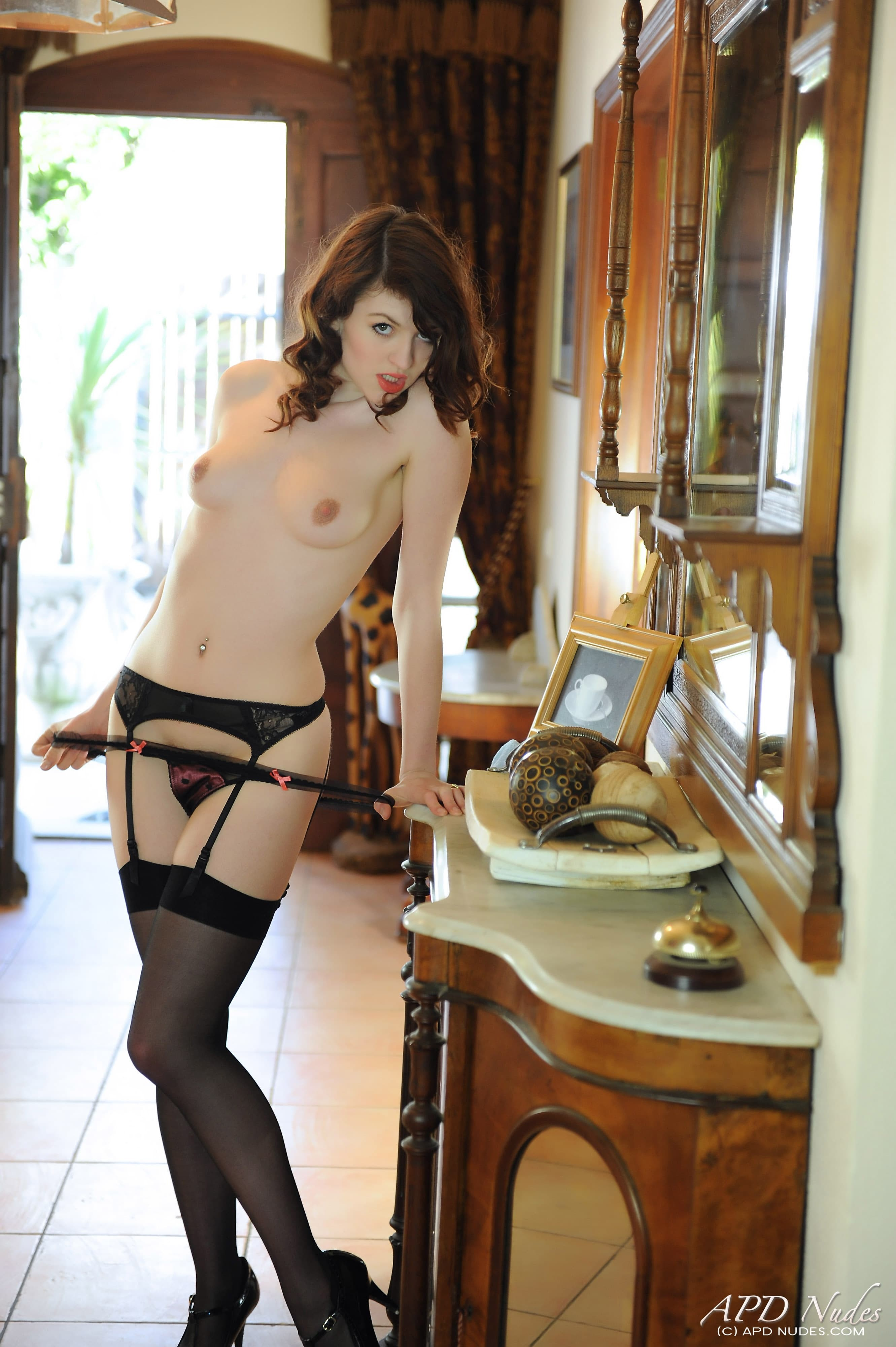 Дамочка с красивой попой в чулках - фото