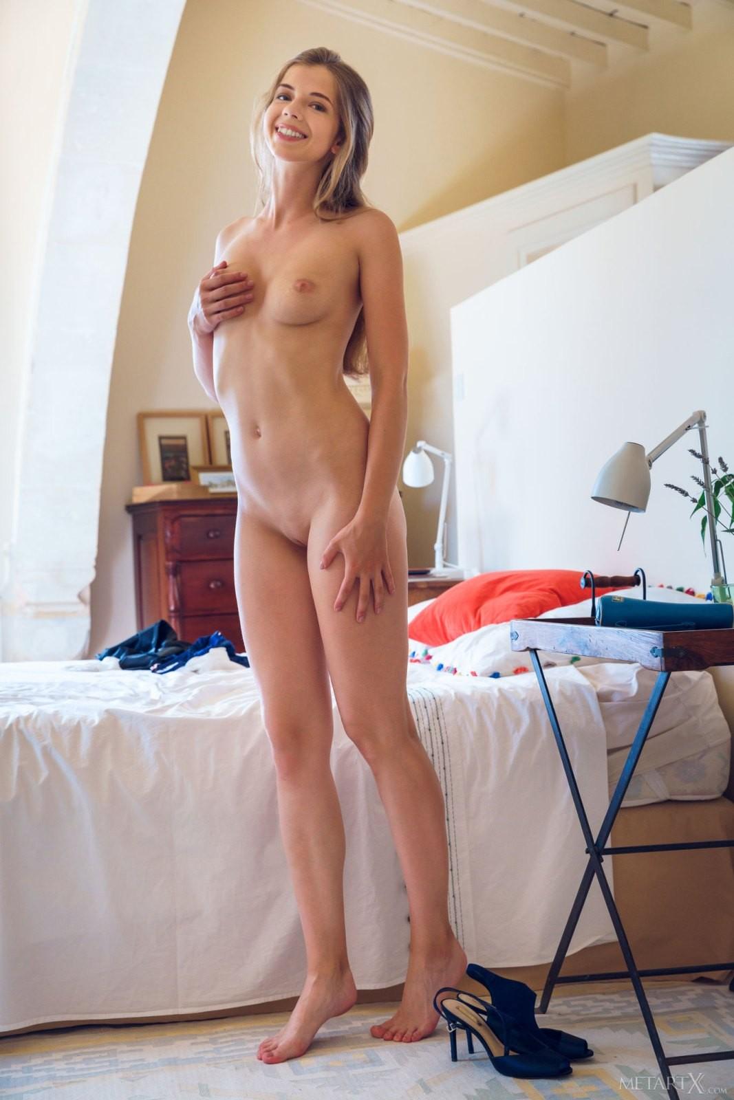 Деловая студентка голая в спальне - фото
